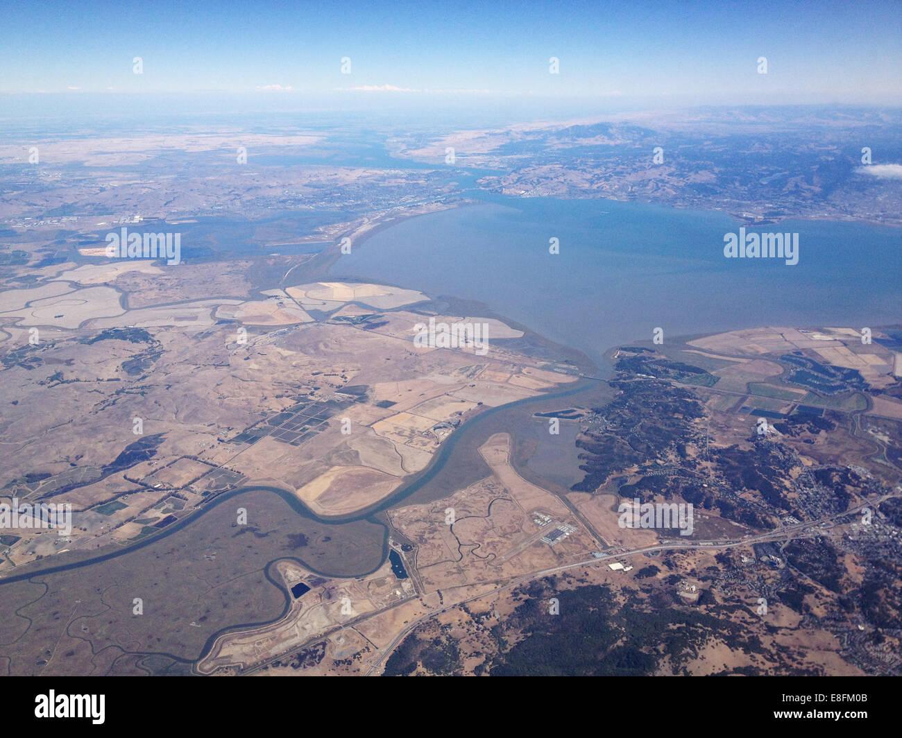 USA, California, landwirtschaftliche Flächen und See Stockbild