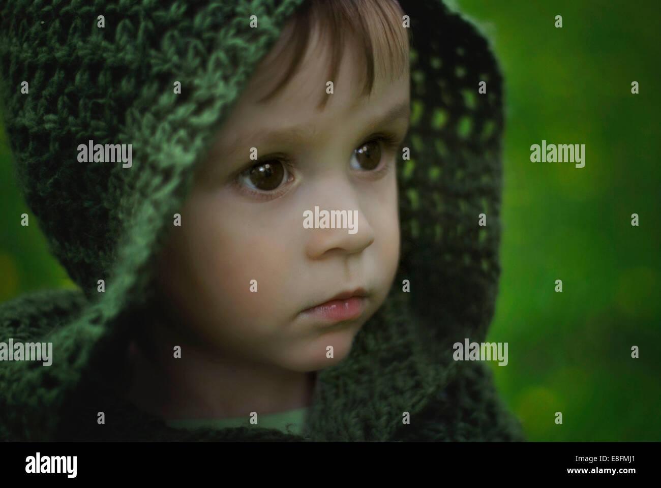 Porträt eines Jungen mit grüner Kapuze, Polen Stockfoto