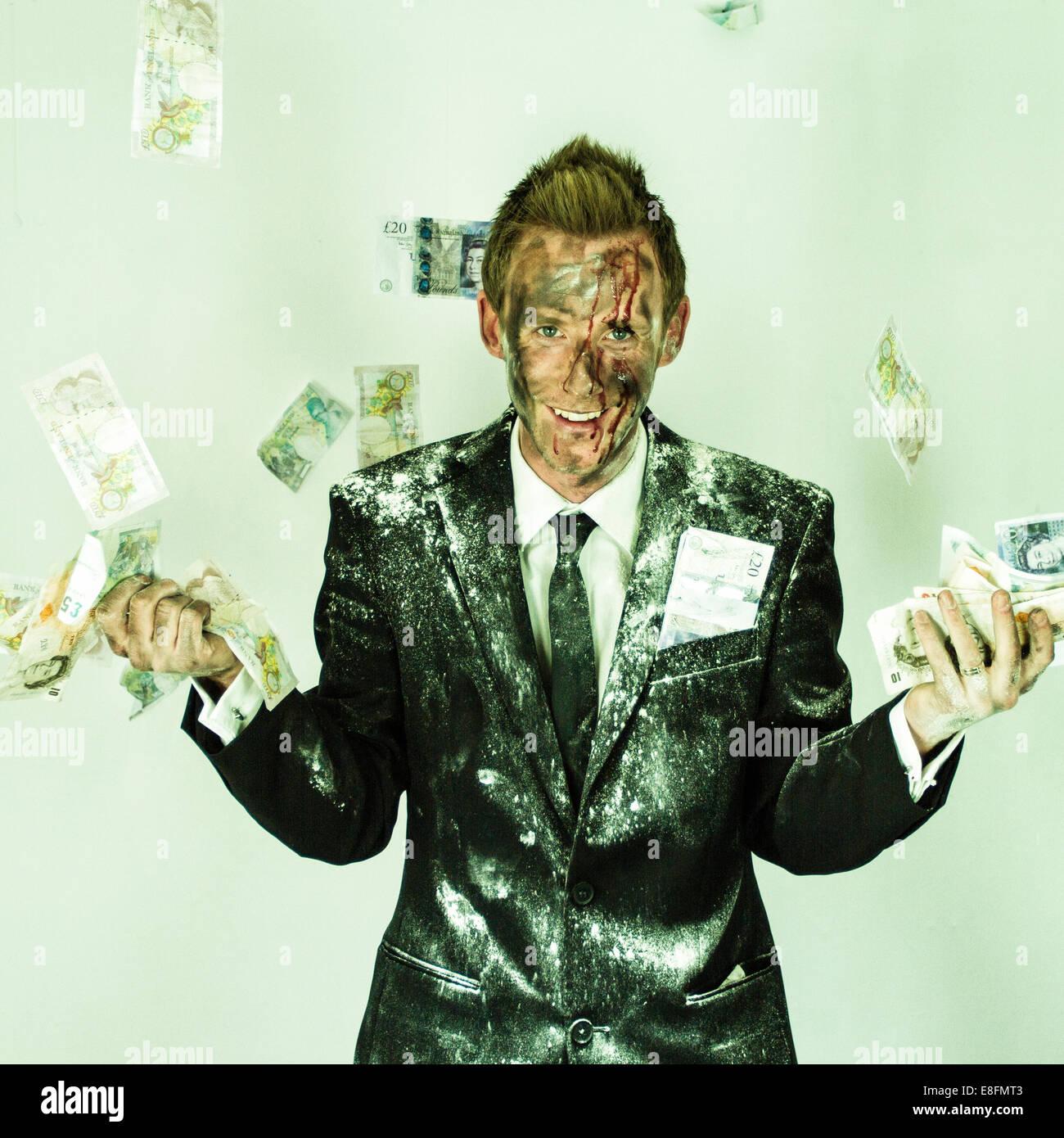Mann im Anzug zu lachen und Geld Stockbild