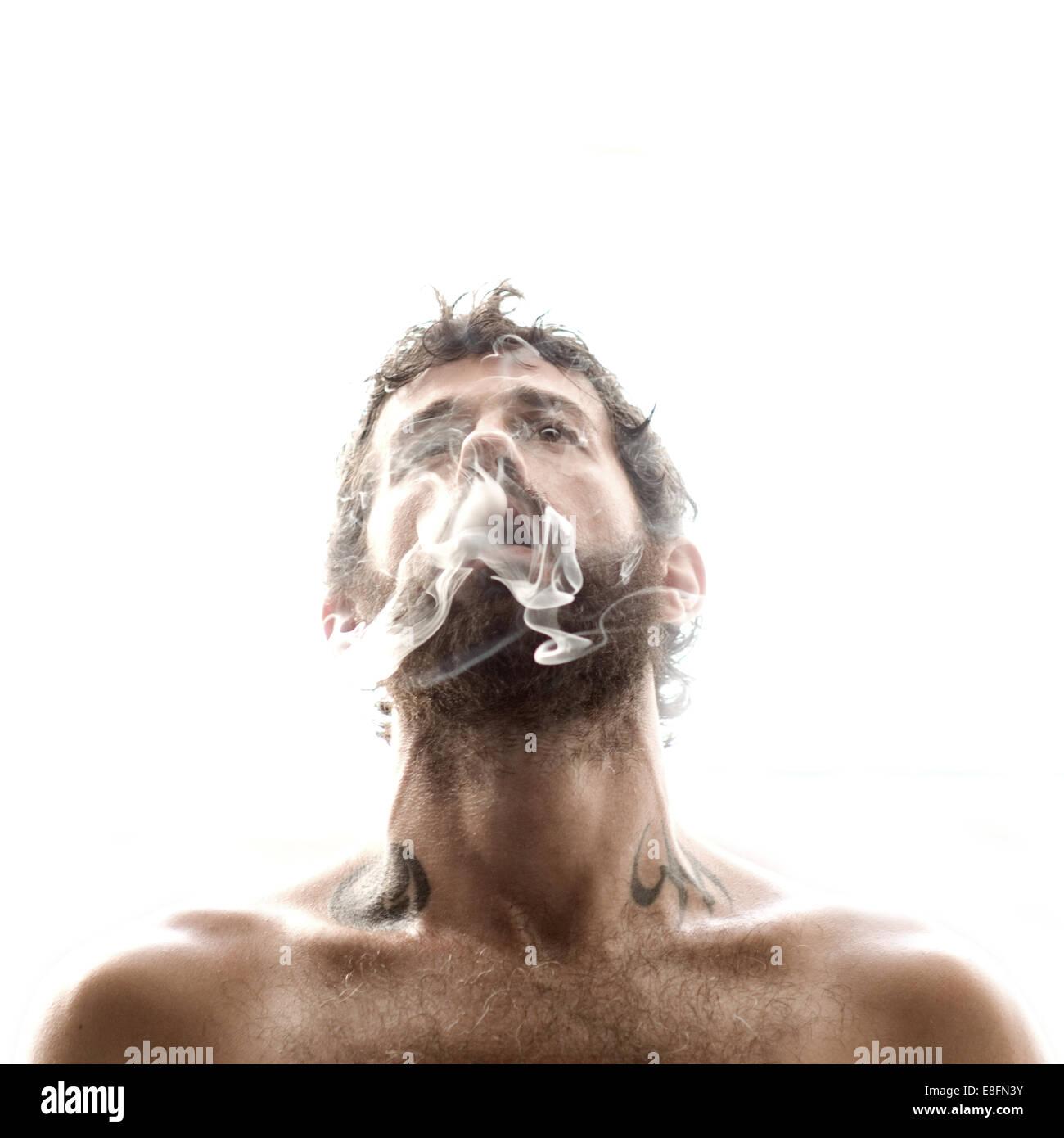 mann rauch ausatmen stockbild - Ausatmen Fans Usa