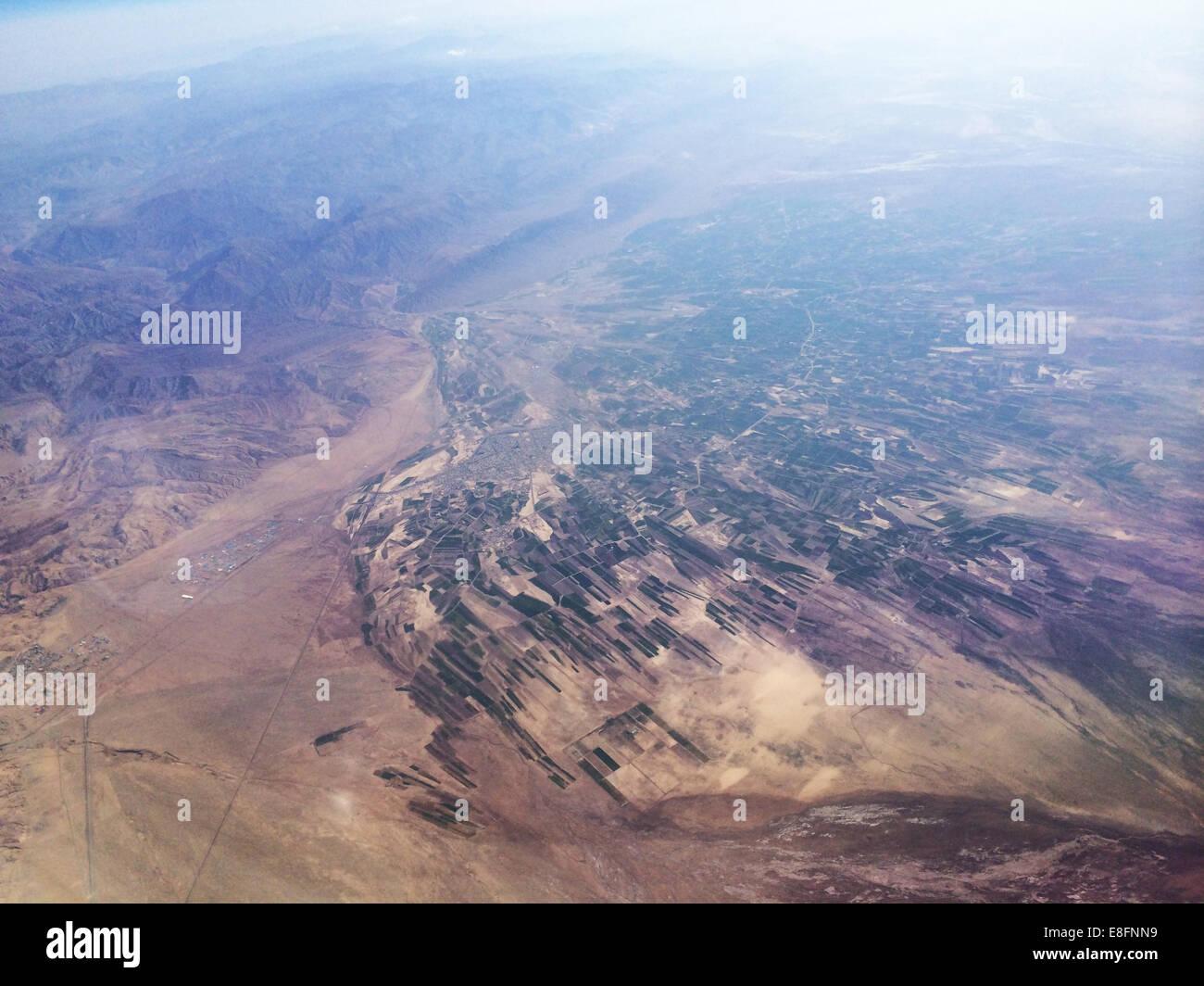 Luftbild von landwirtschaftlich genutzten Feldern und Bergen Stockbild