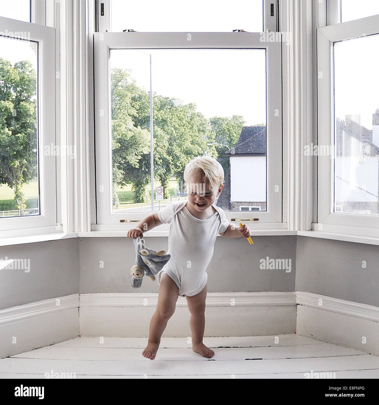 Tanzen im Wohnzimmer halten Toy boy Stockbild