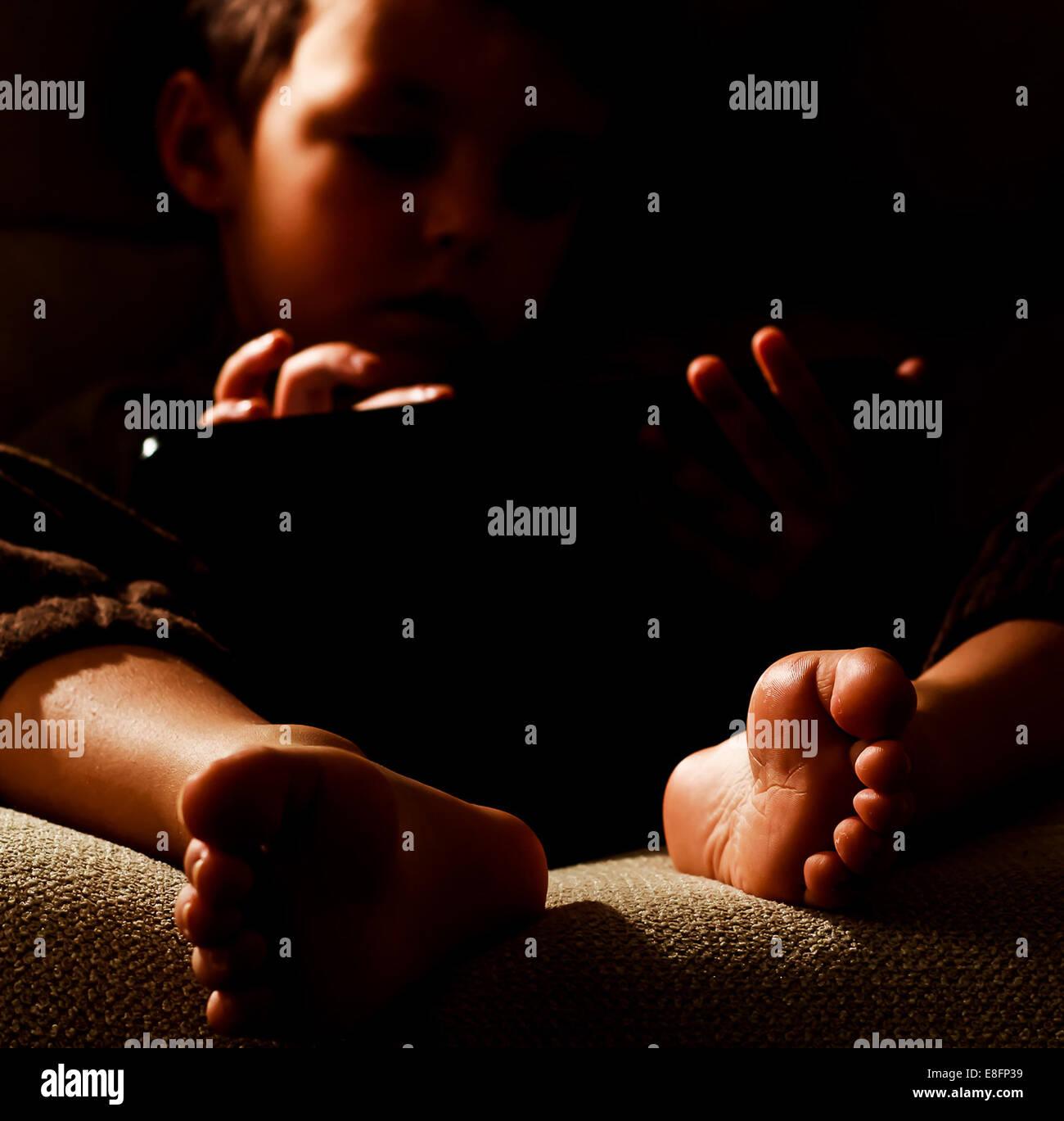 Porträt eines jungen (2-3) mit digital-Tablette Stockbild