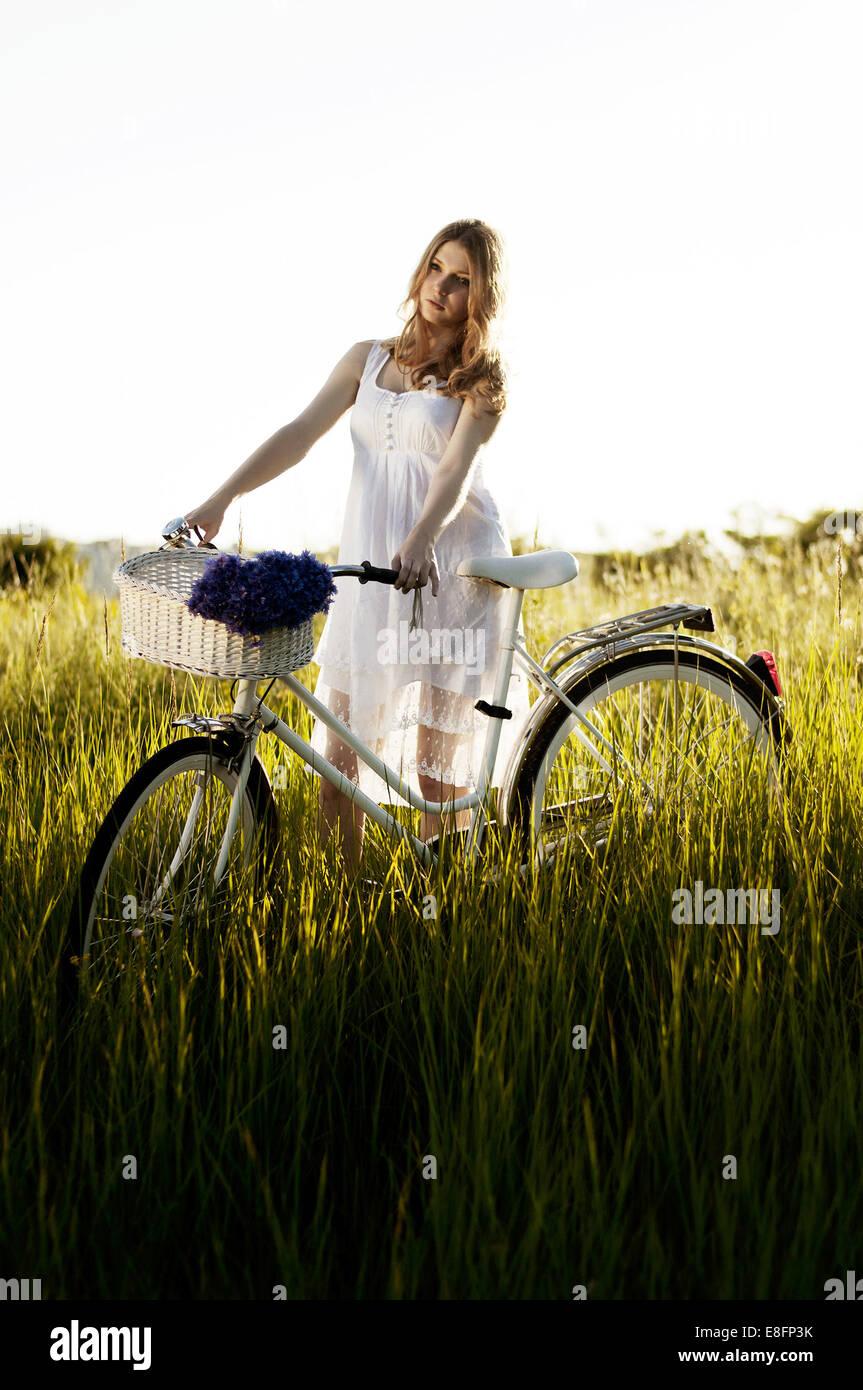 Junge Erwachsene Frauen stehen mit dem Fahrrad Stockfoto