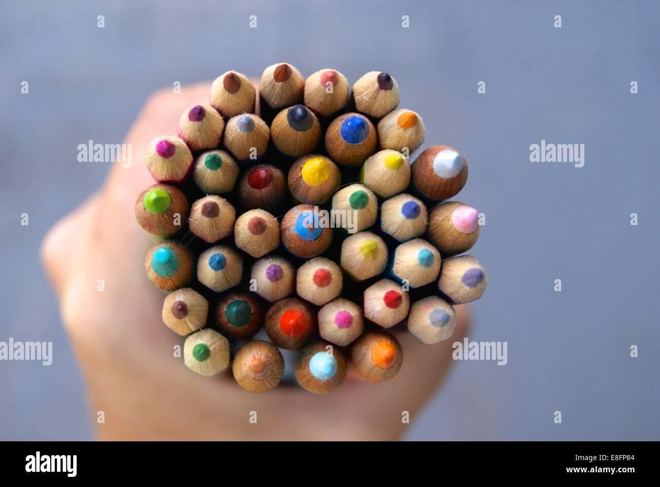Menschliche Hand, die Buntstifte Stockbild