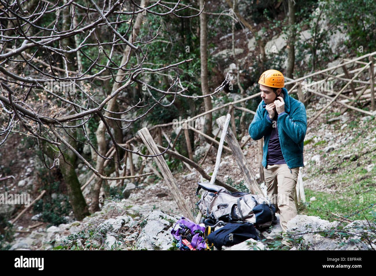 Italien, Latium, Roccia, Mann Anpassung Helm vor dem Aufstieg Stockbild