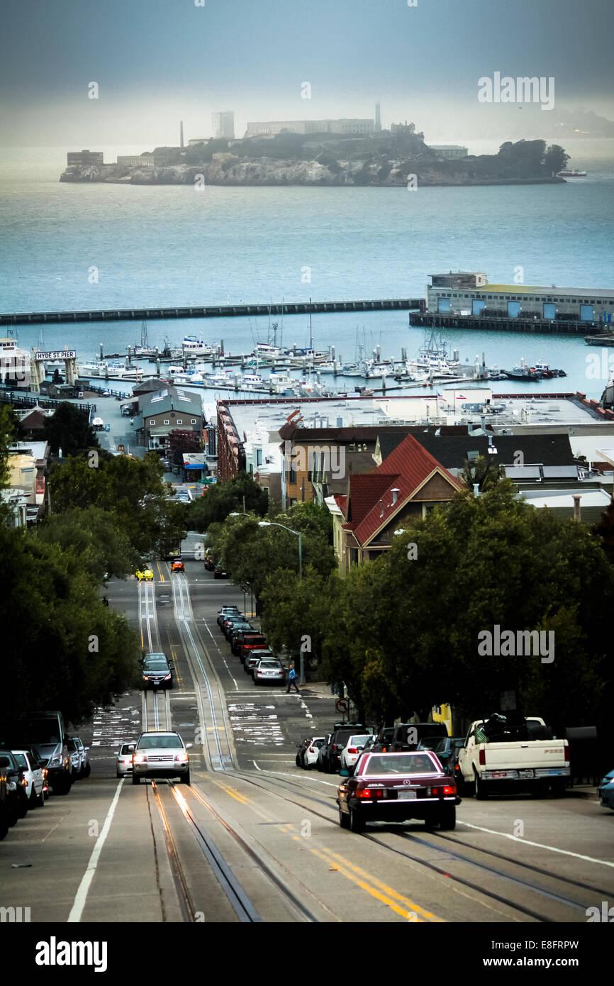 USA, California, San Francisco, Blick auf Verkehr auf Hügel und Insel Alcatraz im Hintergrund Stockbild
