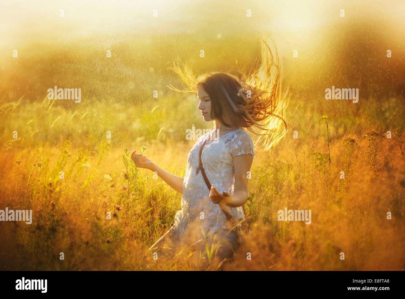 Mädchen im Freien zu meditieren Stockbild