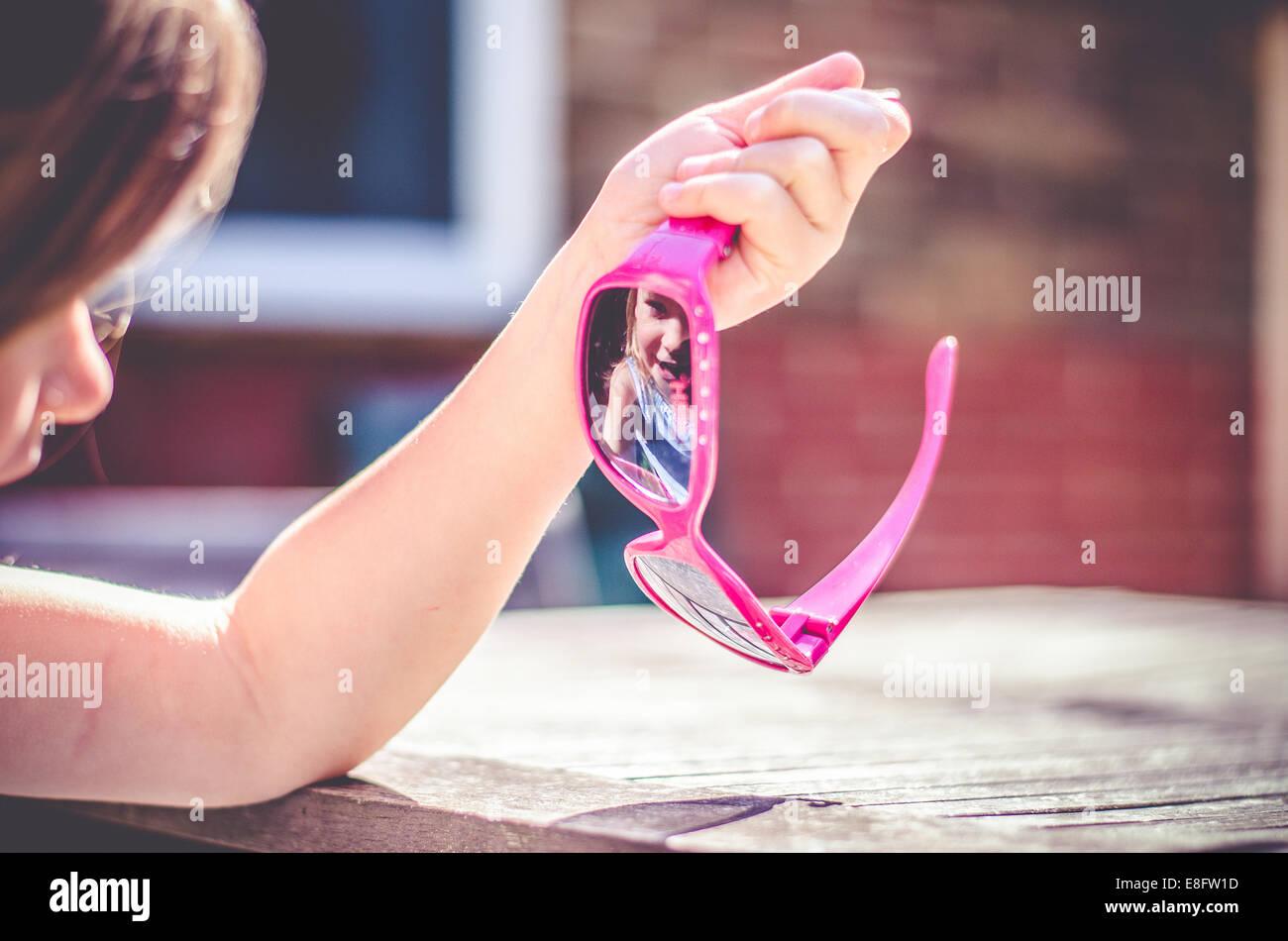 Mädchen Blick Auf Ihr Spiegelbild In Ihrer Sonnenbrille Stockfoto