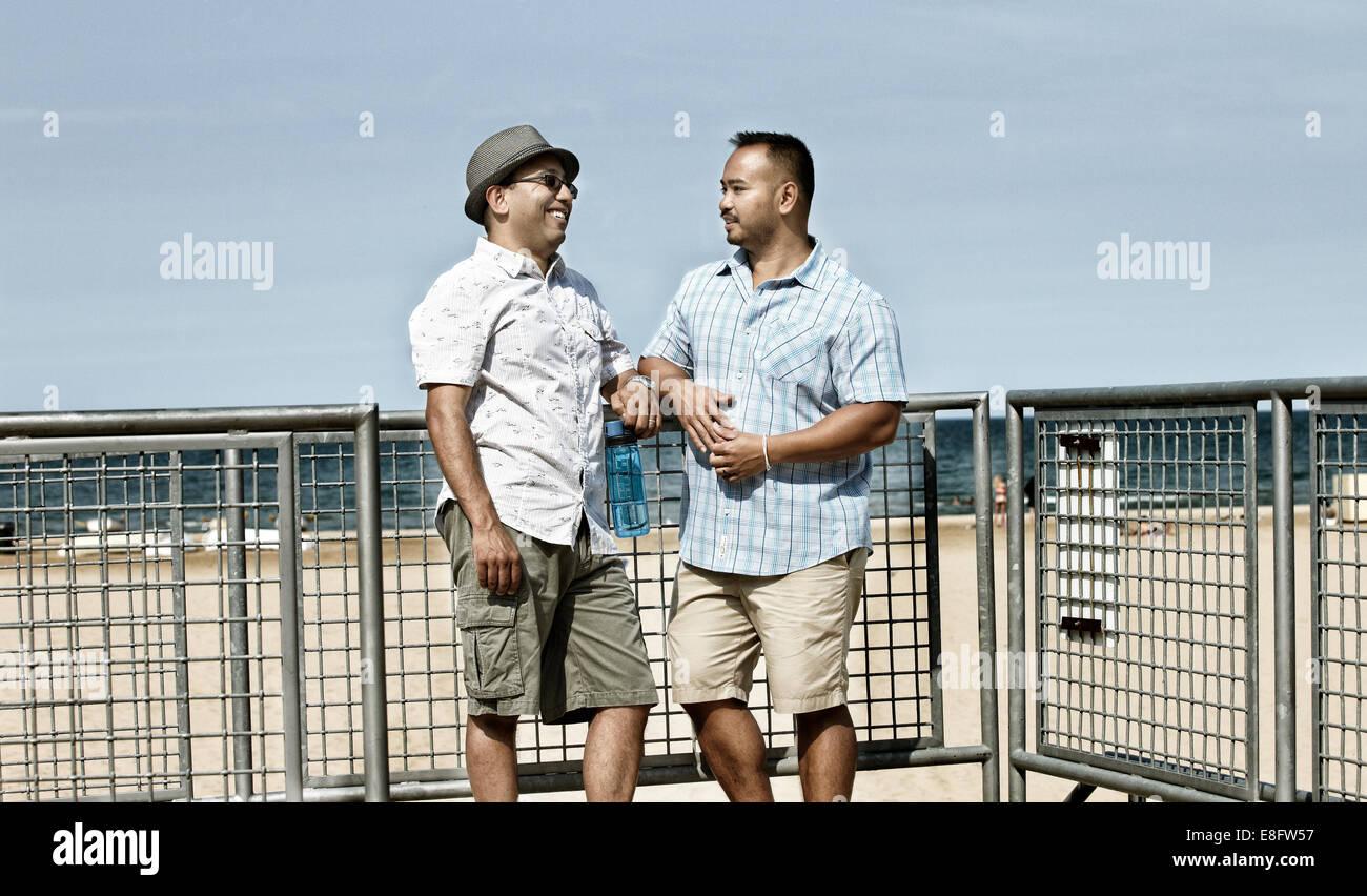 Zwei Männer stehen am Strand sprechen, Chicago, Illinois, USA Stockfoto