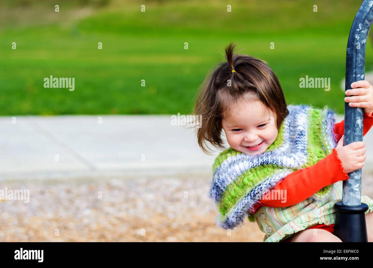 Mädchen auf Spielplatz (2-3 Jahre) Stockbild