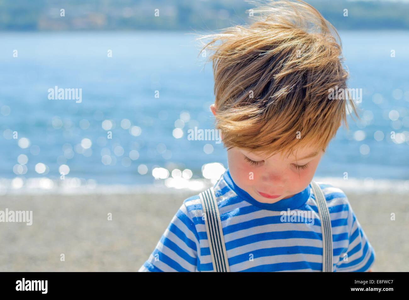 Junge am Strand (2-3 Jahre) Stockbild