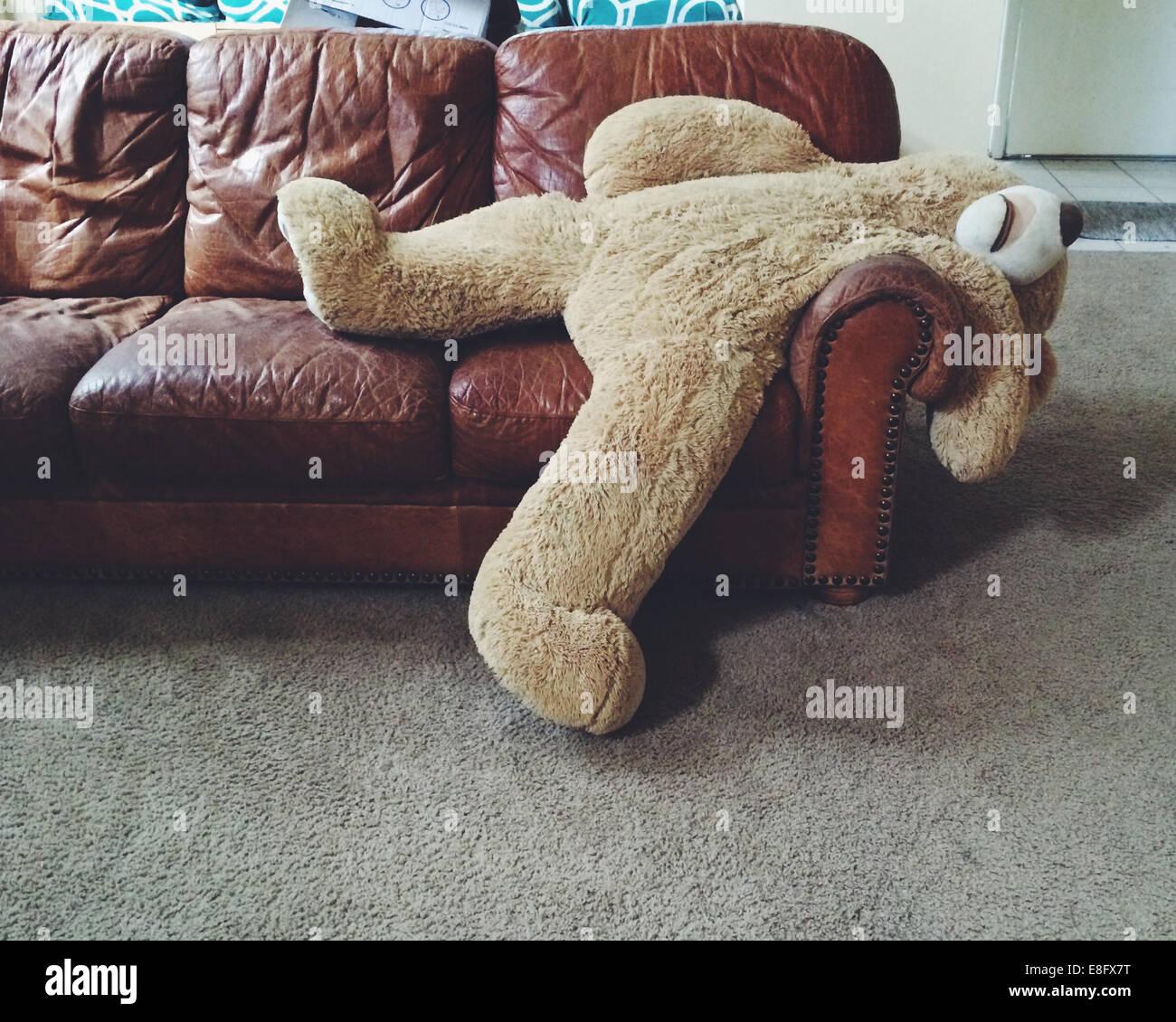 Teddy Teddybär auf couch Stockbild