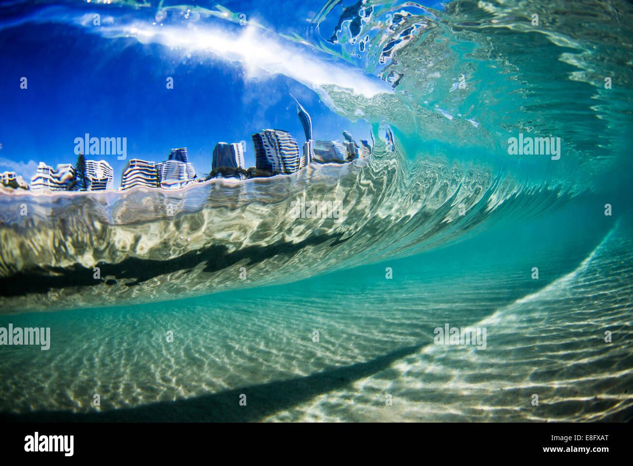 Australien, Gold Coast, Blick auf die Stadt durch Welle Stockbild
