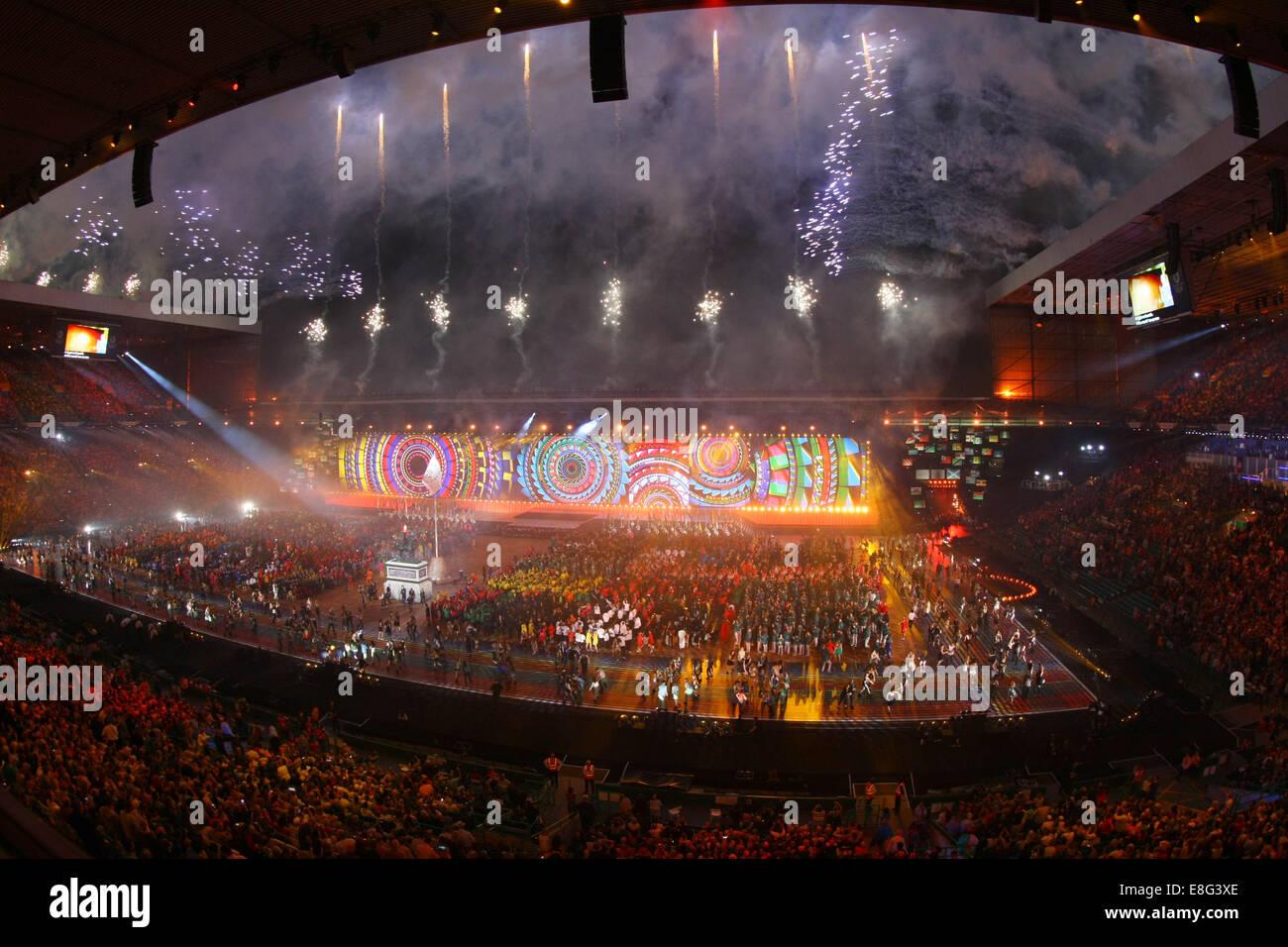 Gesamtansicht (Gv) des Stadions als Feuerwerk explodieren. Eröffnung der Zeremonie - Celtic Park - Glasgow Stockbild