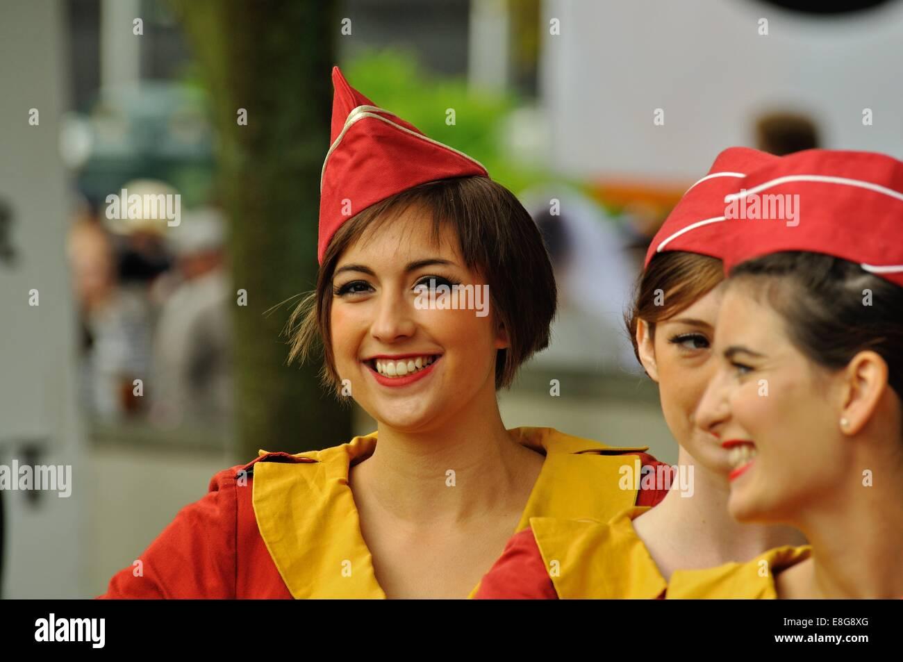 """Eine junge Frau gekleidet als """"Glam Cab Mädchen"""" beim Goodwood Revival Stockbild"""
