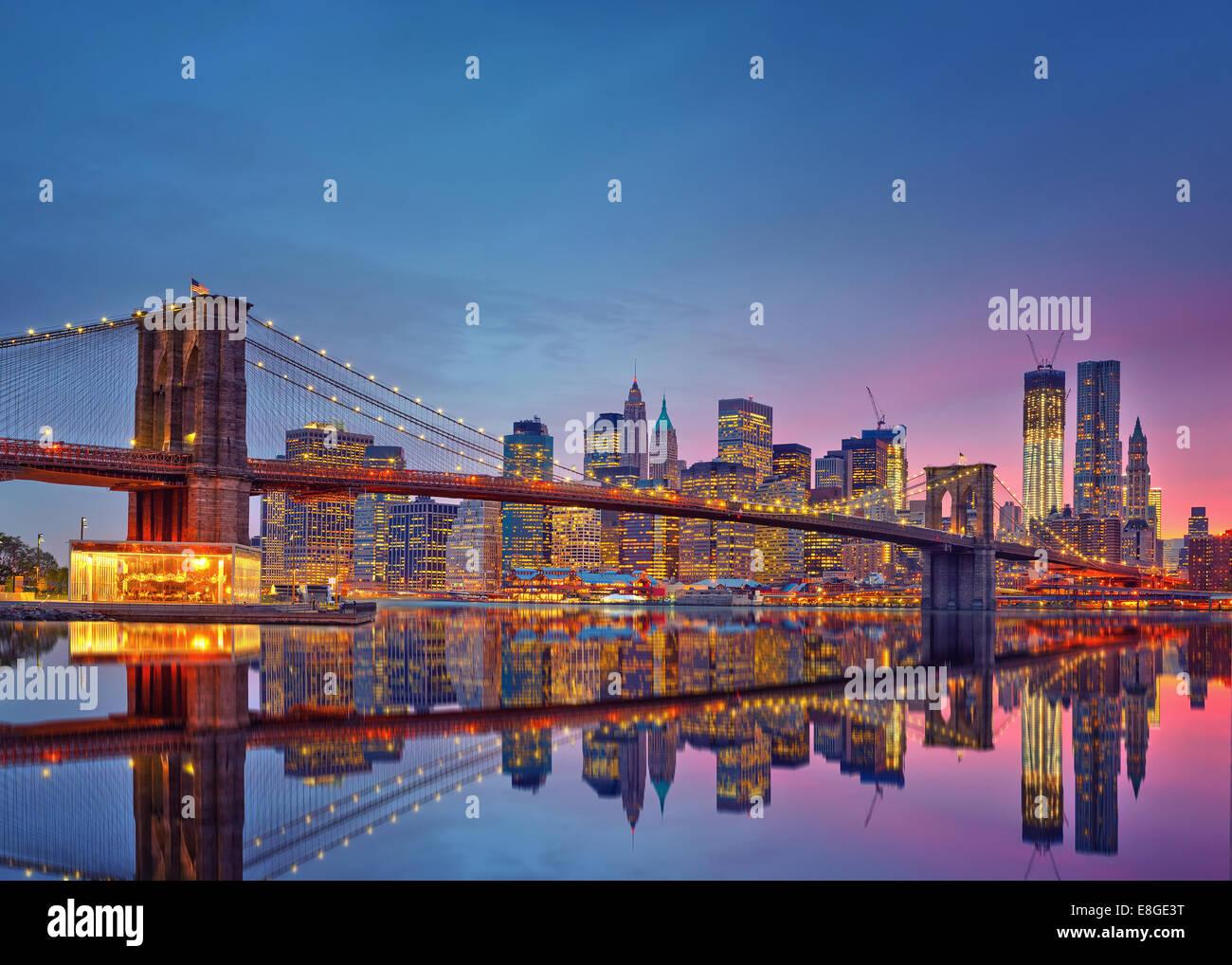 Brooklynbridge und Manhattan in der Dämmerung Stockbild