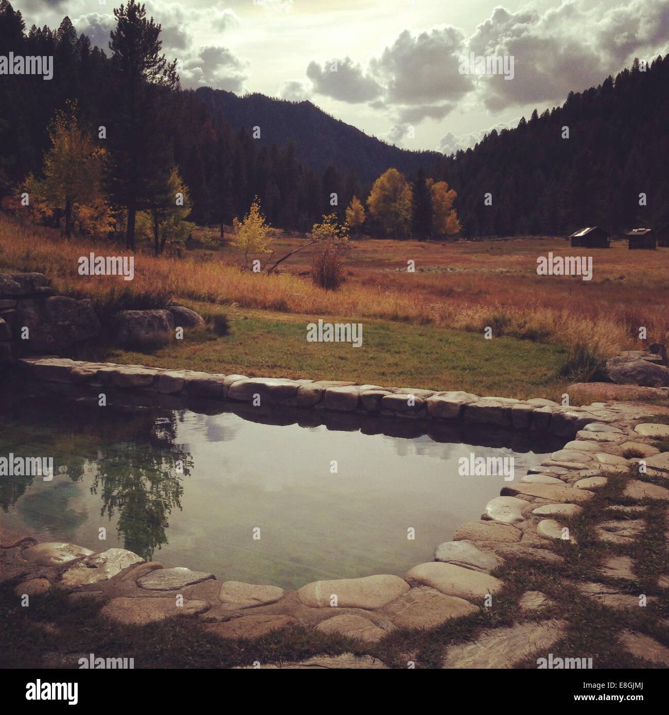 USA, California, Herbst-Landschaft mit Pool und kleine Hütten in fernen Stockbild