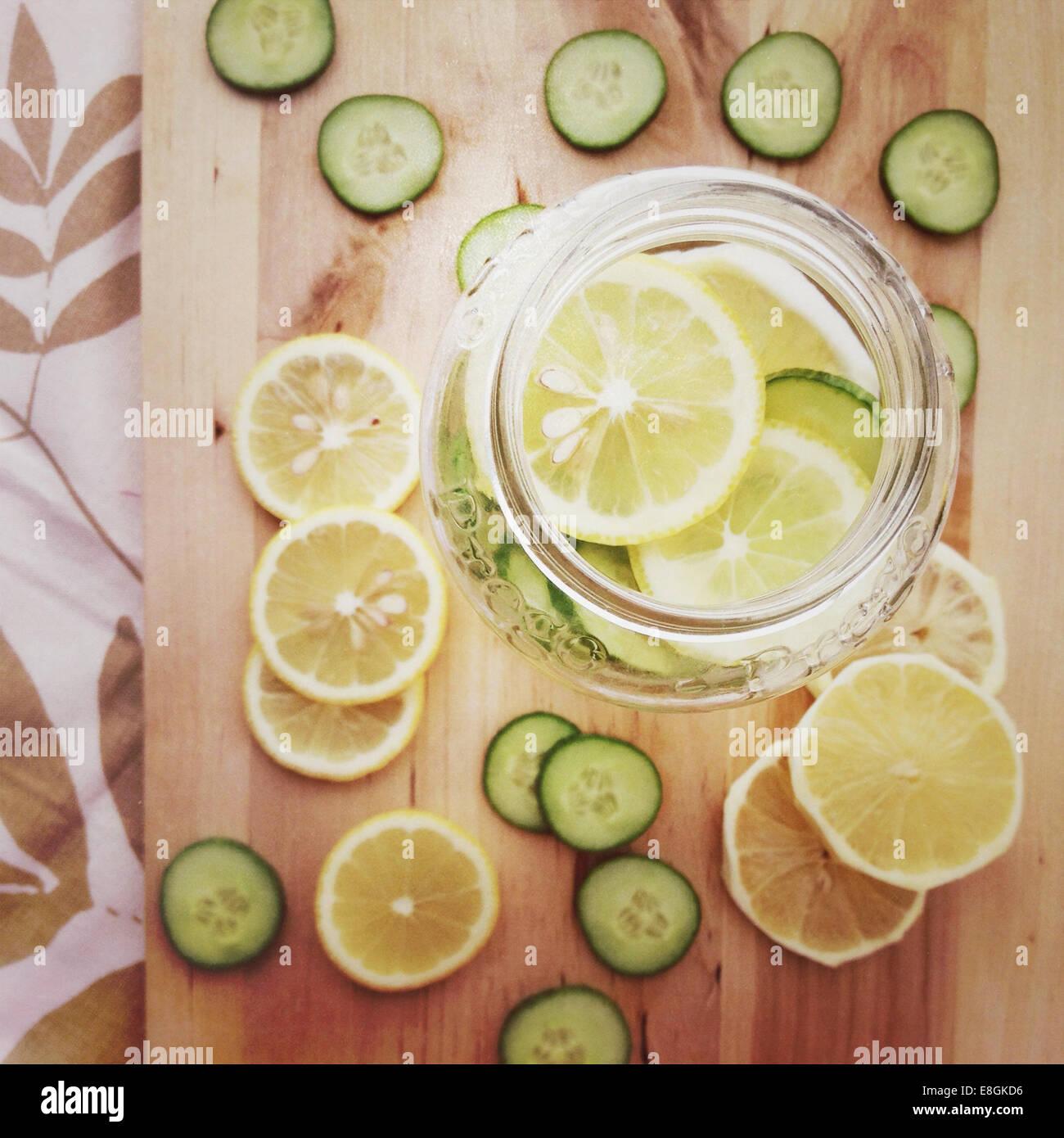 Glas mit Zitronen und Limetten Stockbild