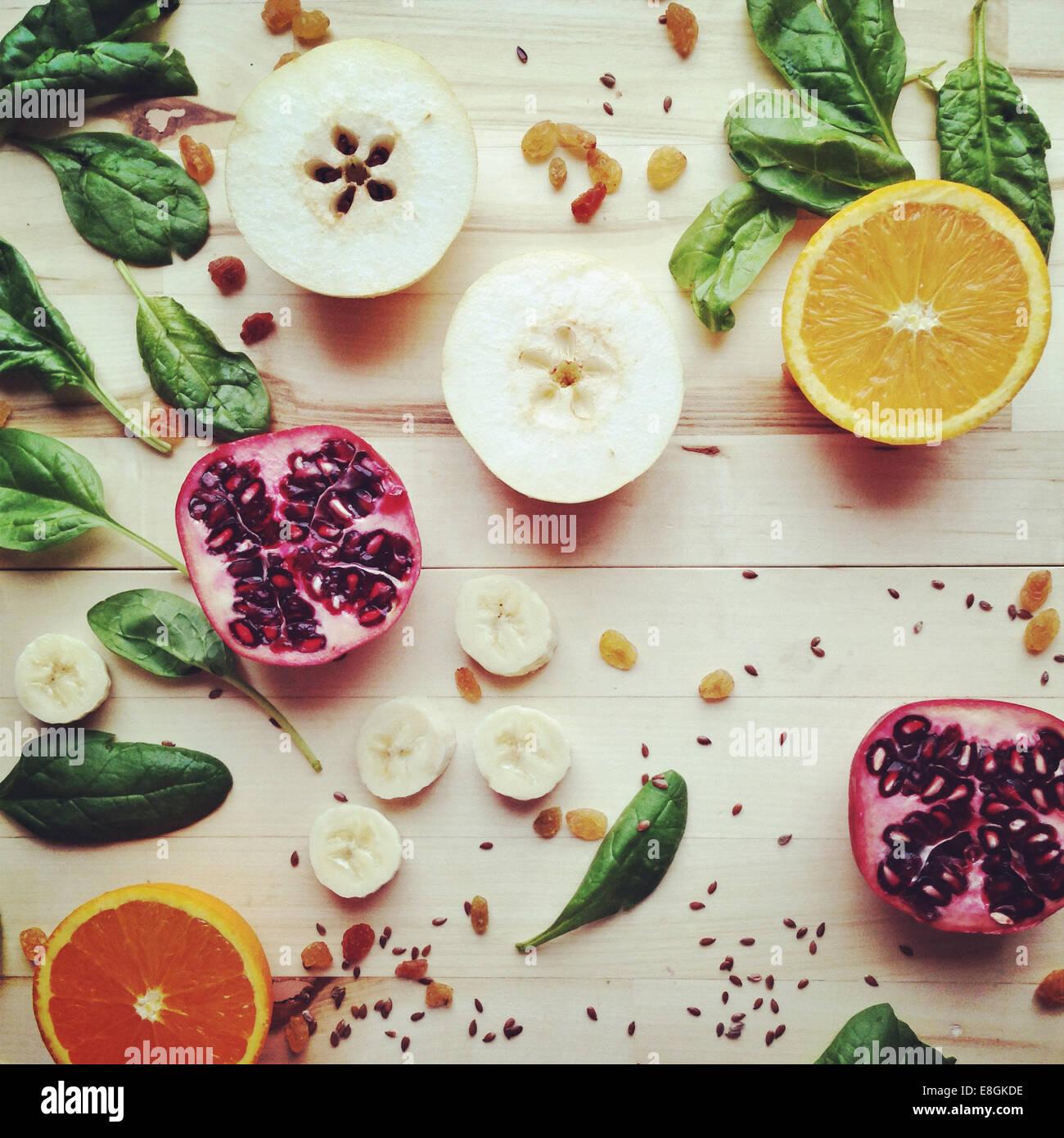 Geschnittene Früchte, Samen und Gemüse Stockbild
