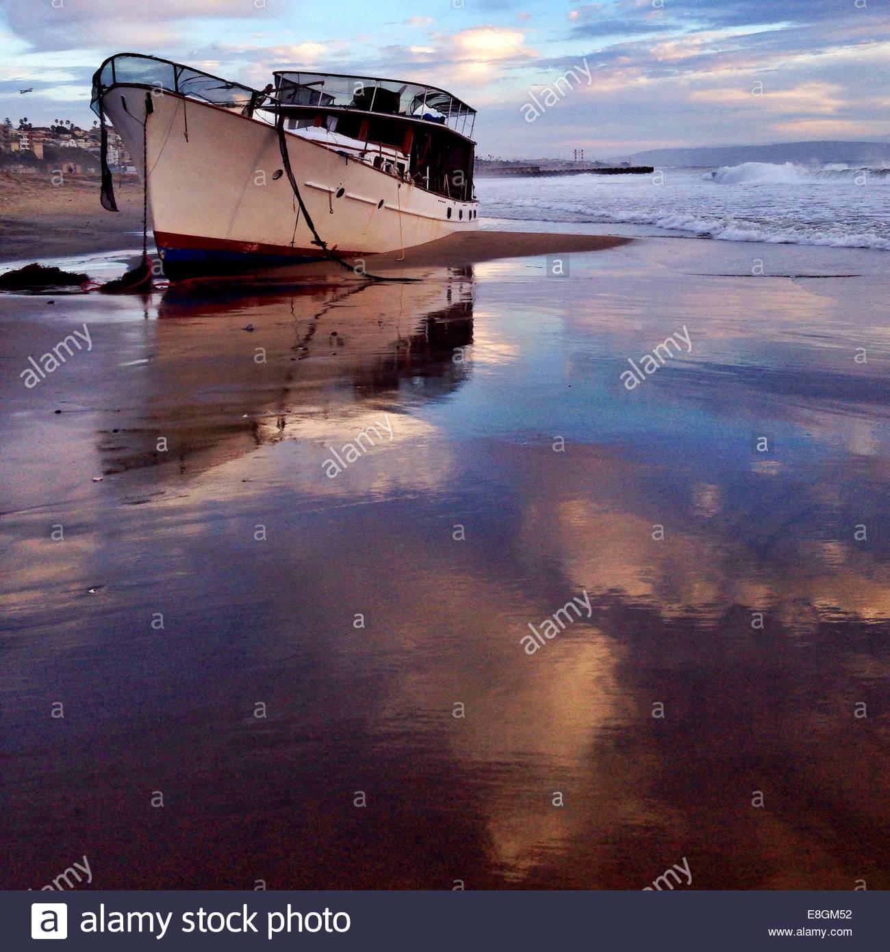 Boot vor Anker am Strand Stockbild