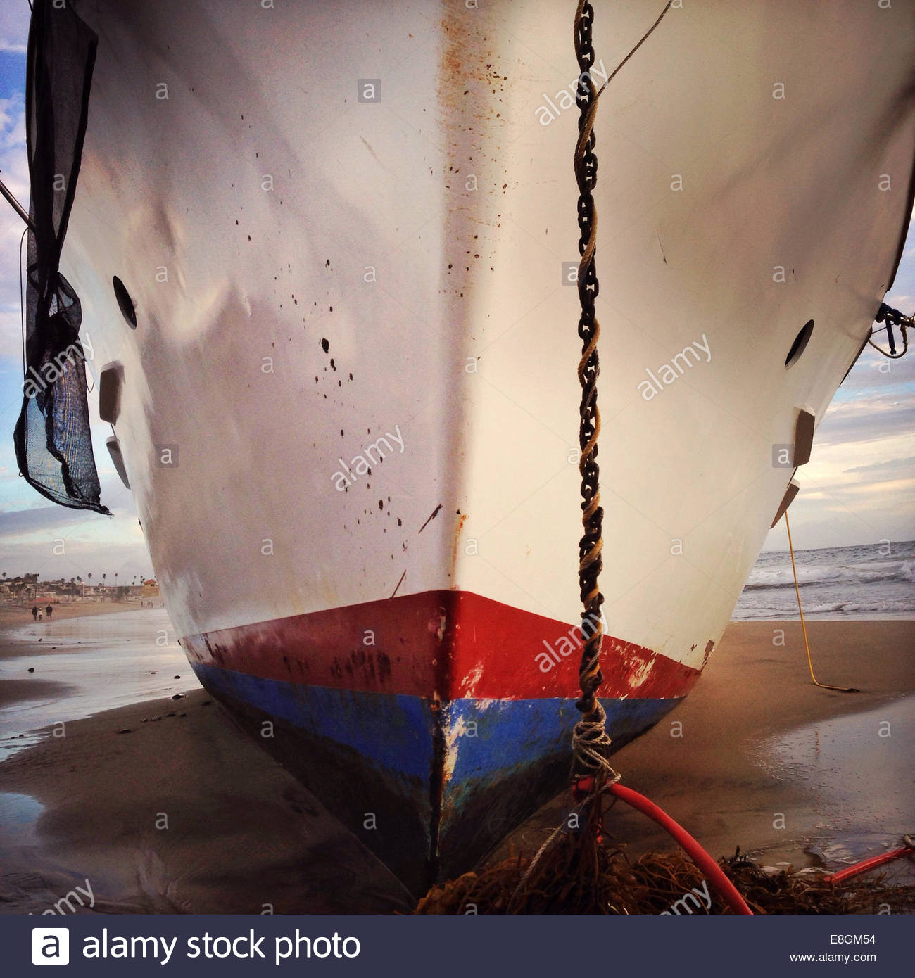 Nahaufnahme der Bug des Bootes am Strand Stockbild