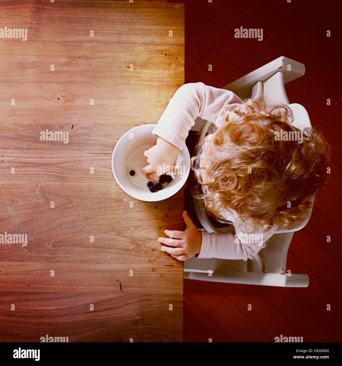 Overhead Anzeigen von Mädchen essende Blaubeeren (2-3) Stockfoto