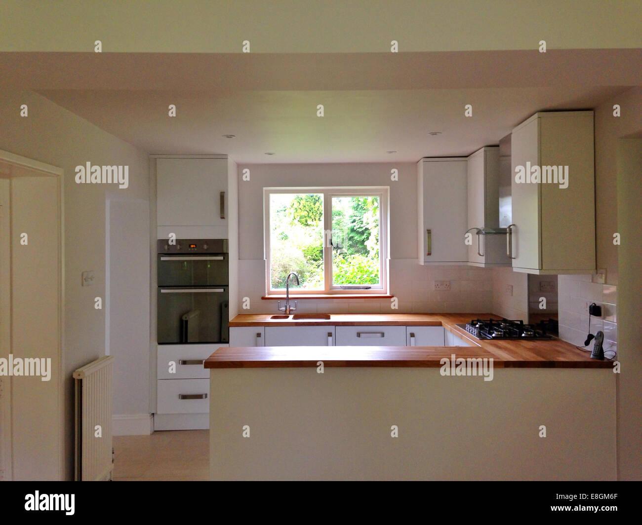 Blick auf moderne Küche Stockbild