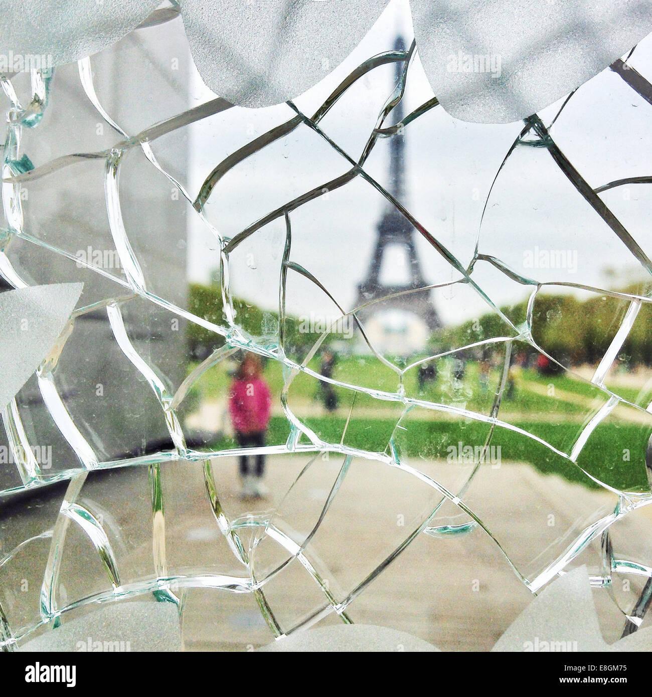 Frankreich, Paris, Eiffelturm durch gebrochene Glasscheibe betrachtet Stockbild