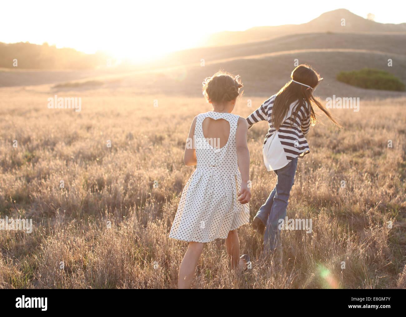Rückansicht der beiden Mädchen walking im freien Stockbild