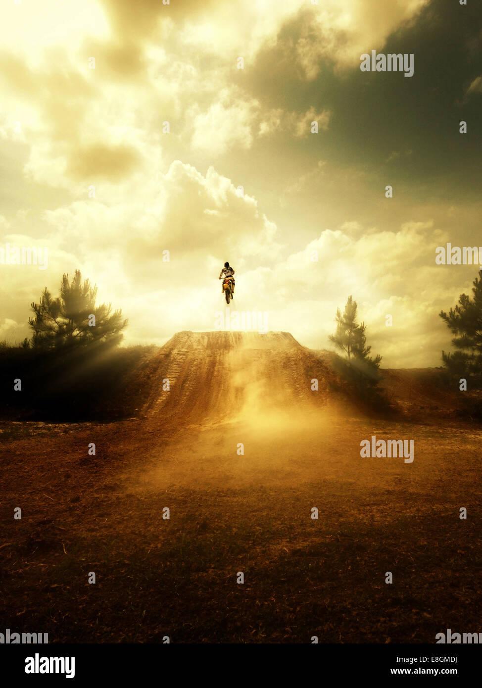 USA, Florida, Clay County, Green Cove Springs Person springen auf Motorrad Stockbild