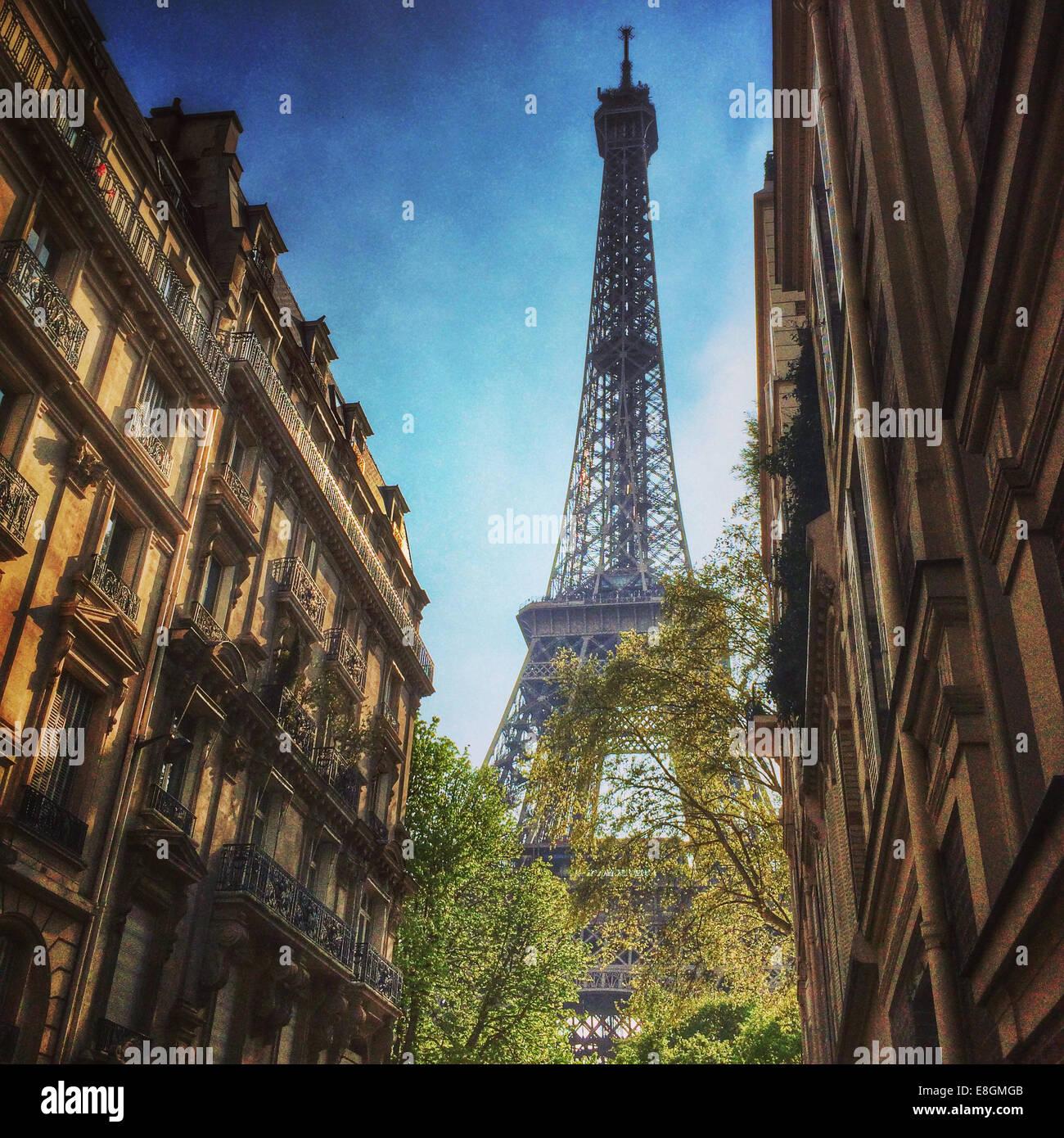Frankreich, Paris, Eiffelturm gesehen zwischen Stadthäuser Stockbild