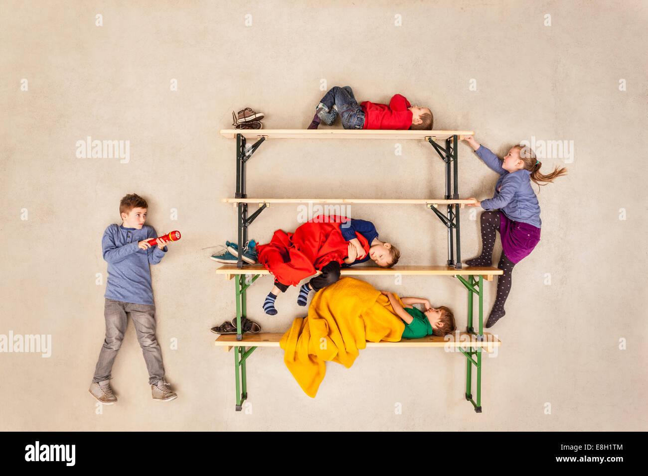 Etagenbett Kinder Bus : Kinder schlafen im etagenbett stockfoto bild  alamy