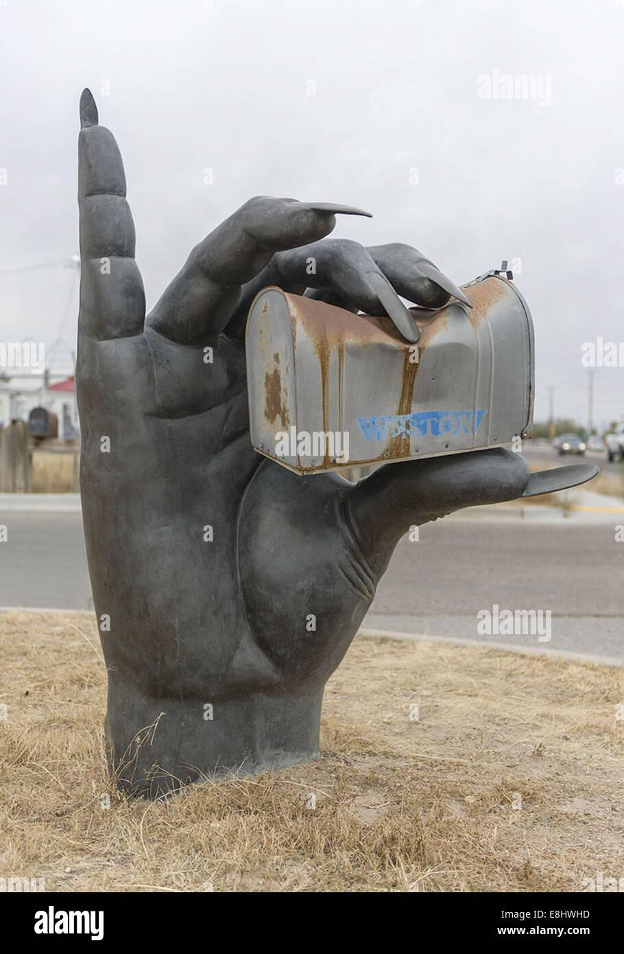 Santa Fe, NM, USA. 8. Oktober 2014. Eine riesige Hand hält ein ...