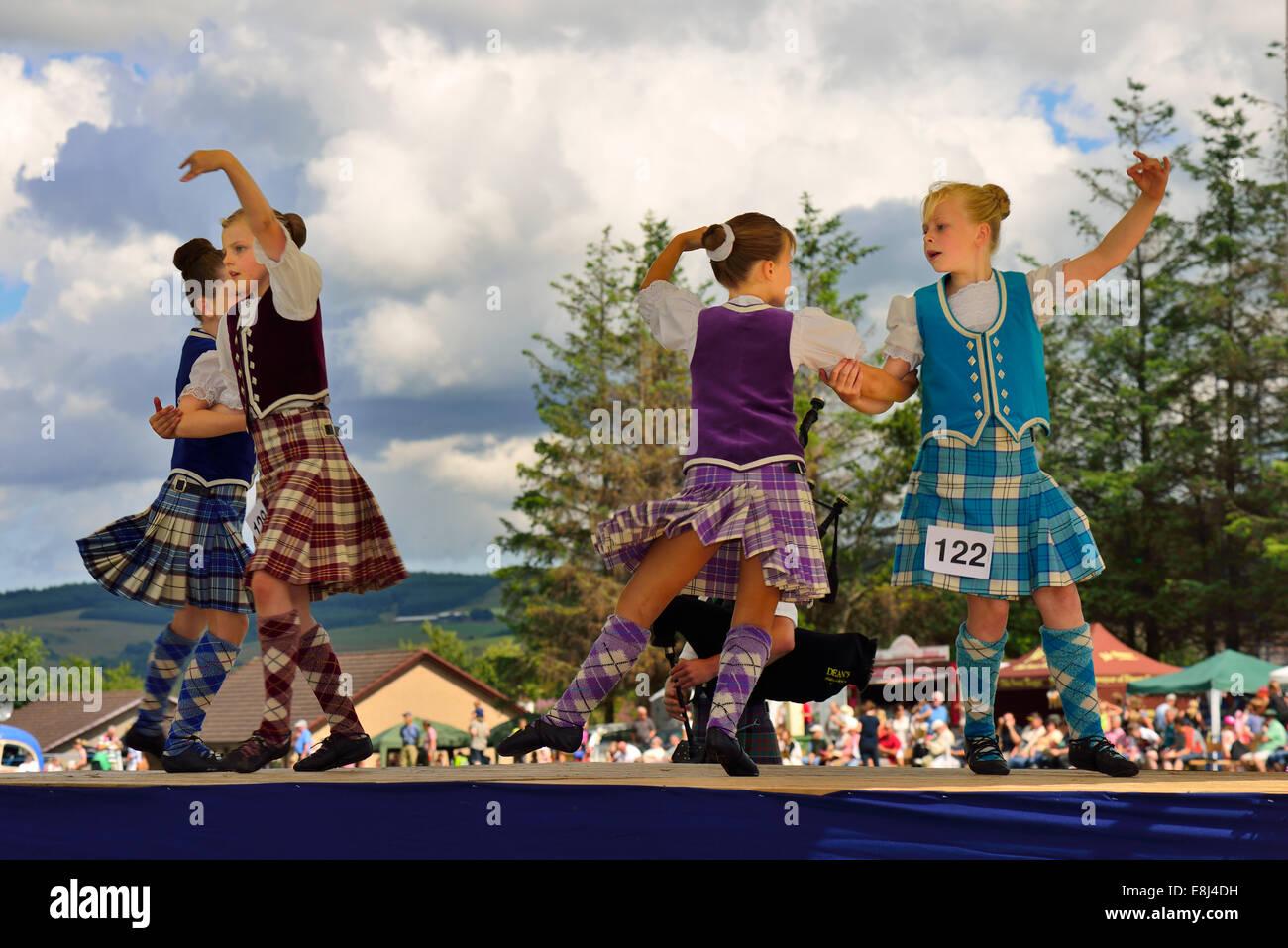Mädchen in einem Highland Dancing Wettbewerb bei den Highland Games, Dufftown, Moray, Highlands, Schottland, Stockbild
