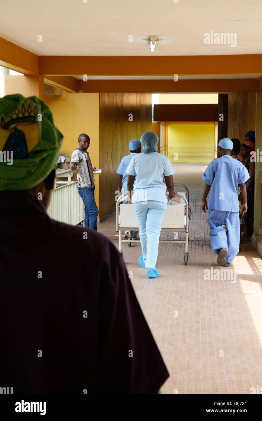 Brazzaville-Krankenhaus. Bahre. Stockbild