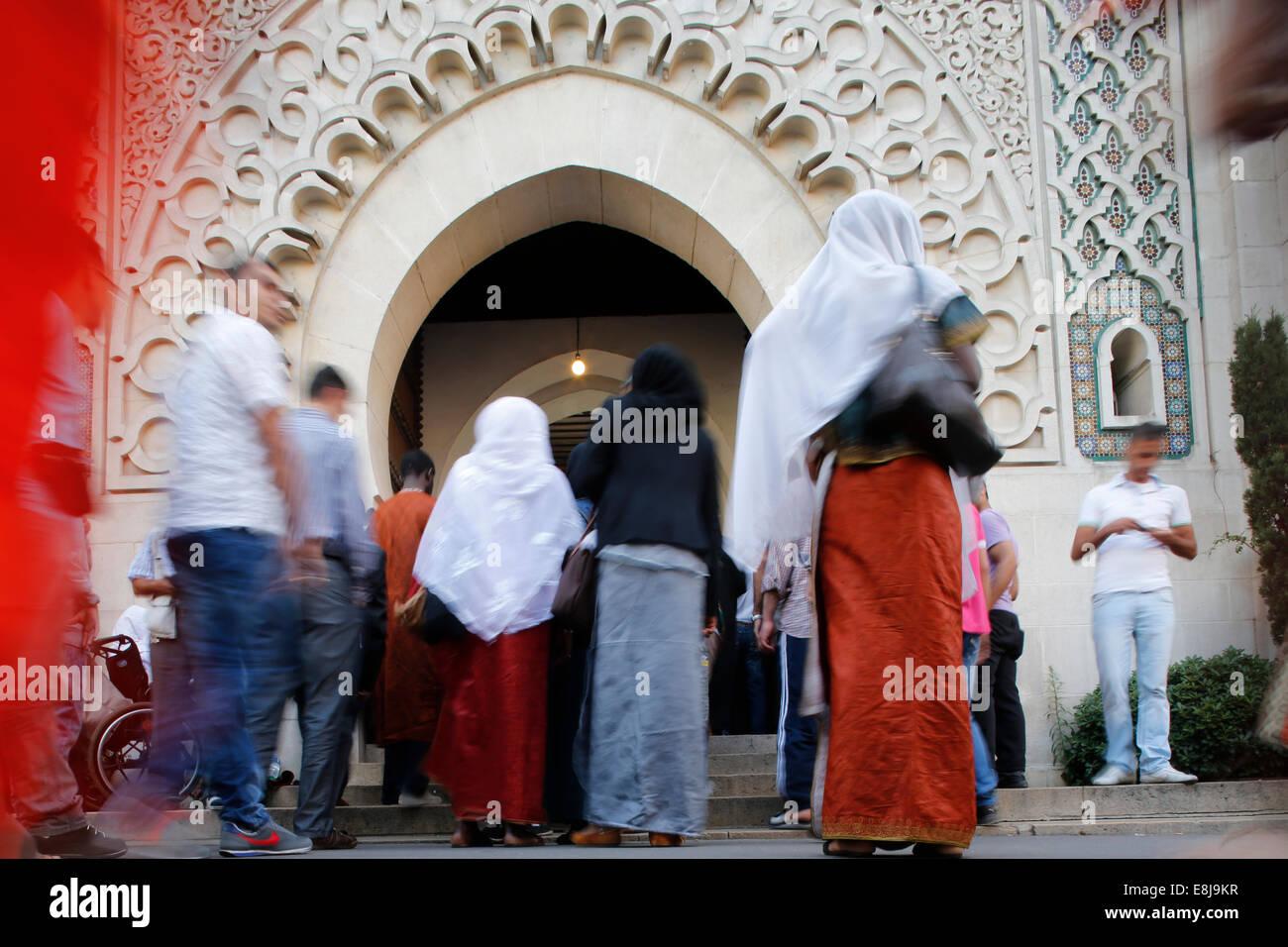 Muslime in die große Moschee von Paris auf A•d El-Fitr festival Stockfoto