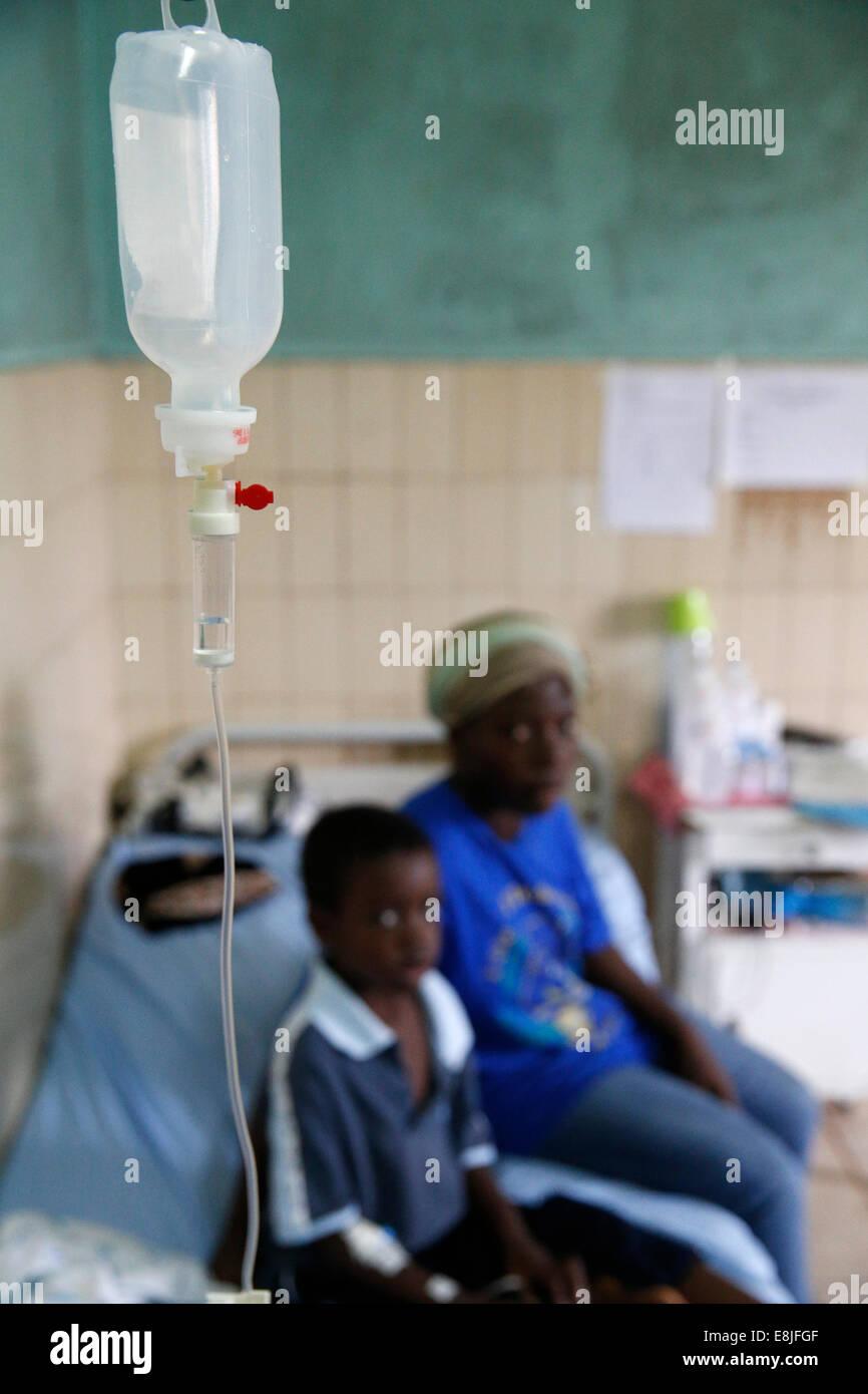 Libreville Krankenhaus. Krankes Kind. Stockbild