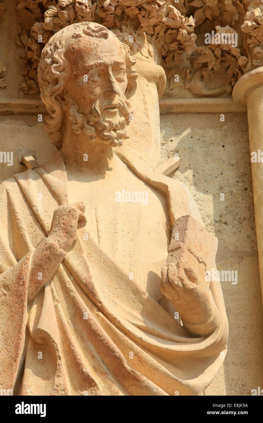 Moses mit den Gesetzestafeln. Die Kathedrale von Notre-Dame de Reims. Stockfoto