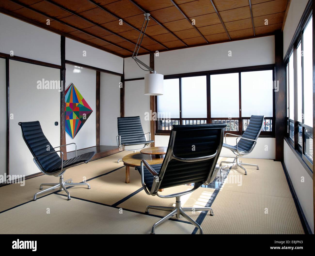 Zeitgenössische Tatami Zimmer Mit Charles Eames Bürostühle In Eine  Japanische Wohnung In Tokio Stockbild