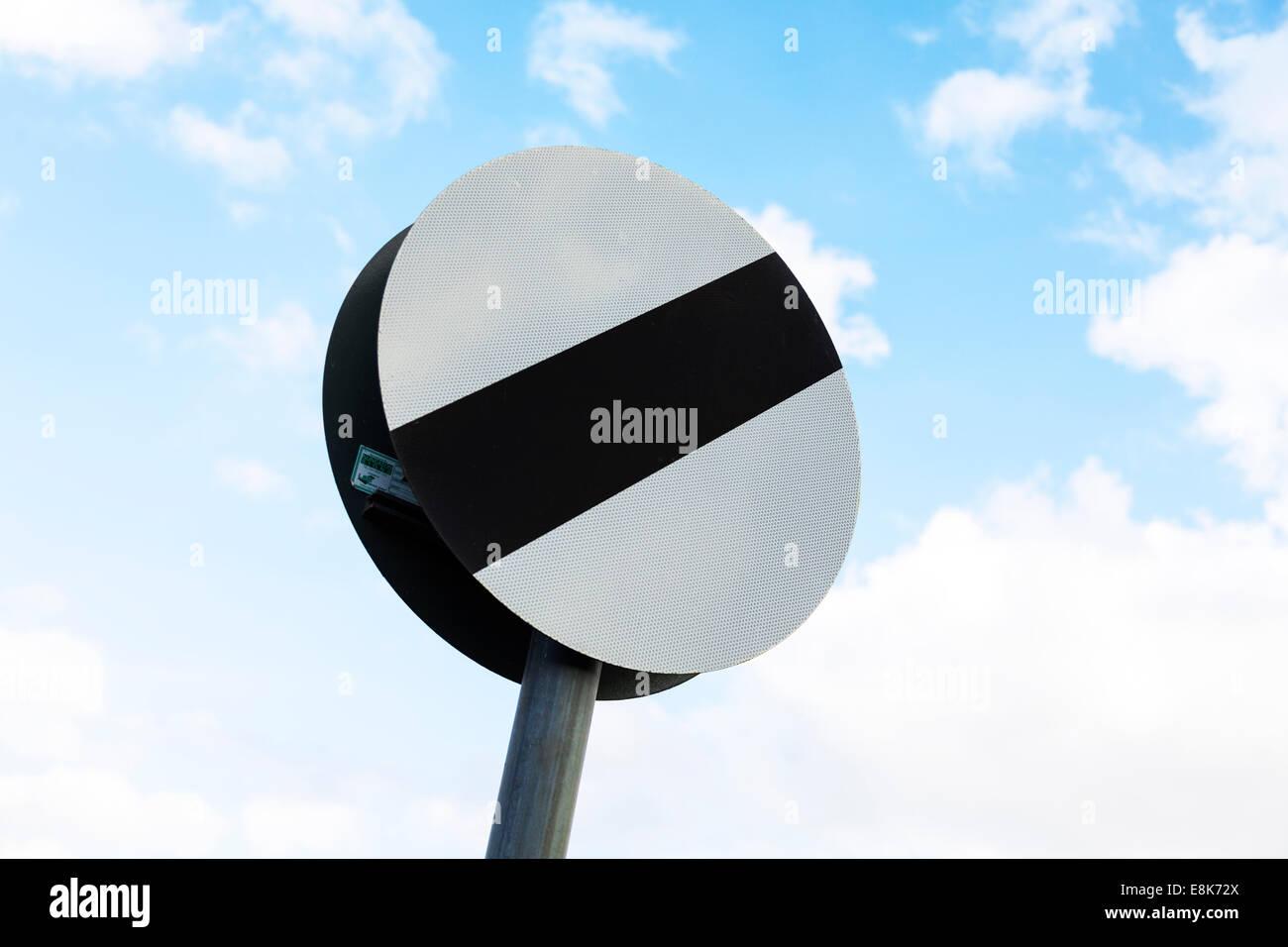 nationalen Tempolimit gilt Straßenschild UK England gegen blauen Himmel Kopie Raum Wolken Stockfoto