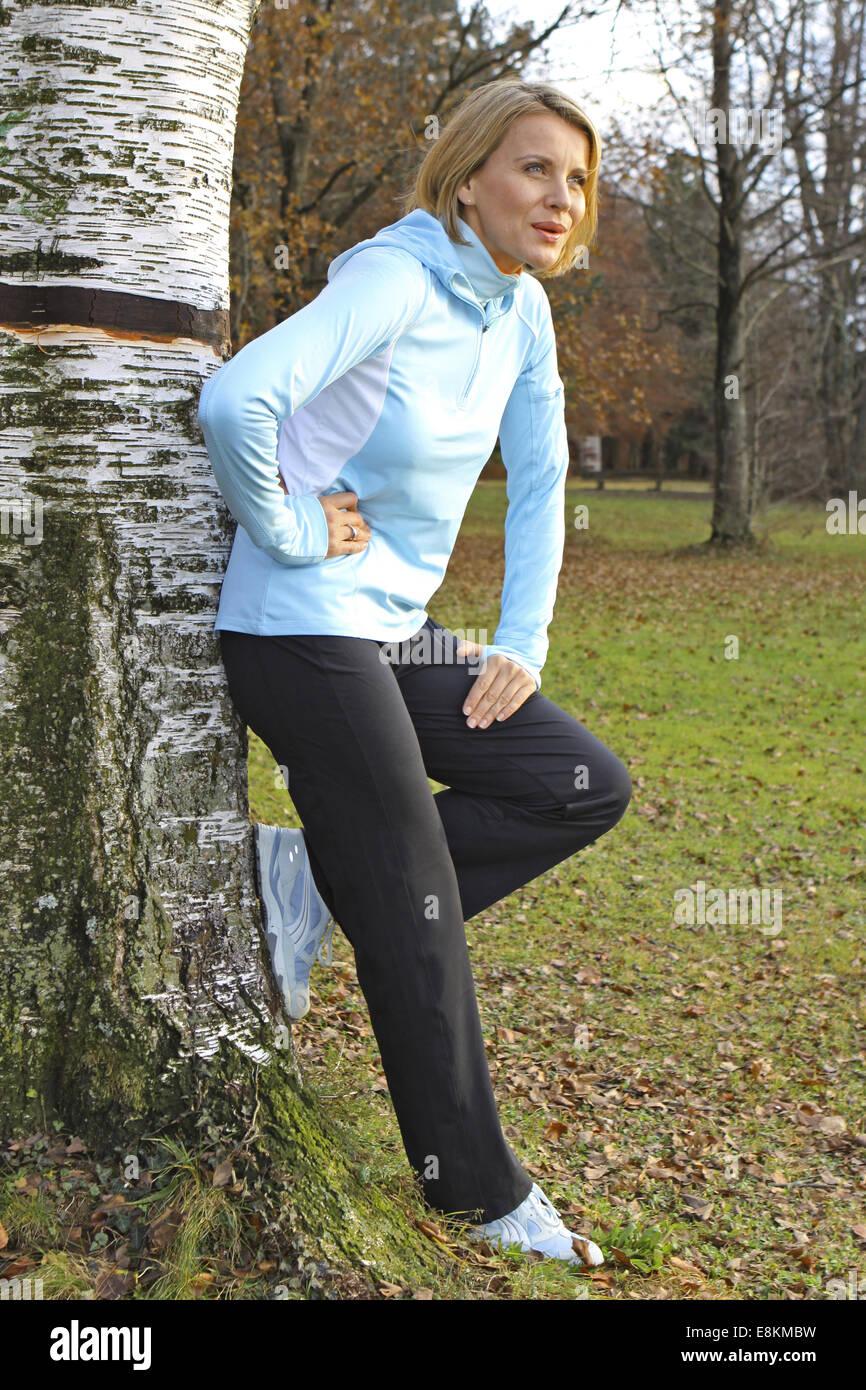 Blonde Frau Beim Joggen in Einem Herbstwald (Modellfreigabe) Stockbild