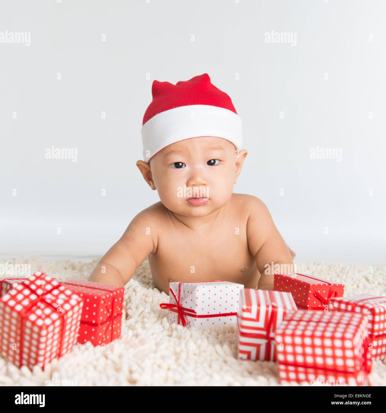 Asiatische Santa Hut Baby junge mit Weihnachtsgeschenk im Stock ...