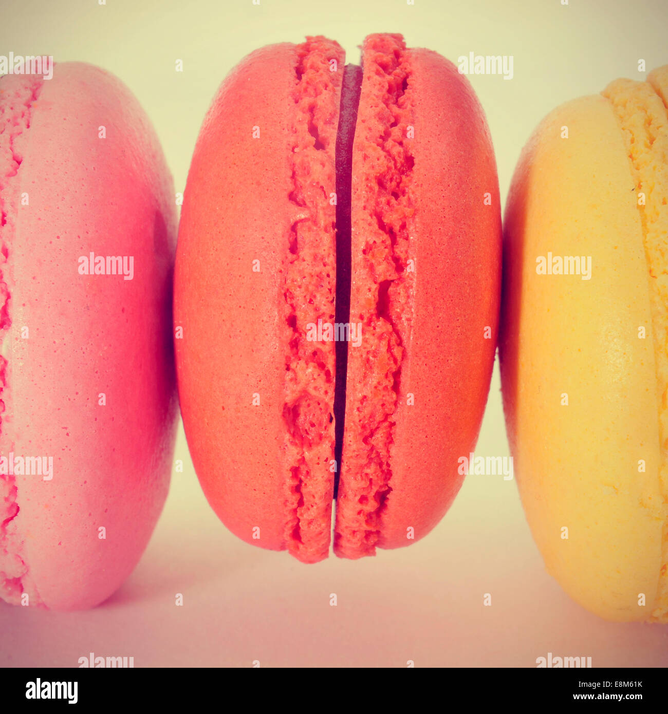 Nahaufnahme von einigen leckeren Macarons mit verschiedenen Farben und Aromen, mit einem Retro-Effekt Stockbild