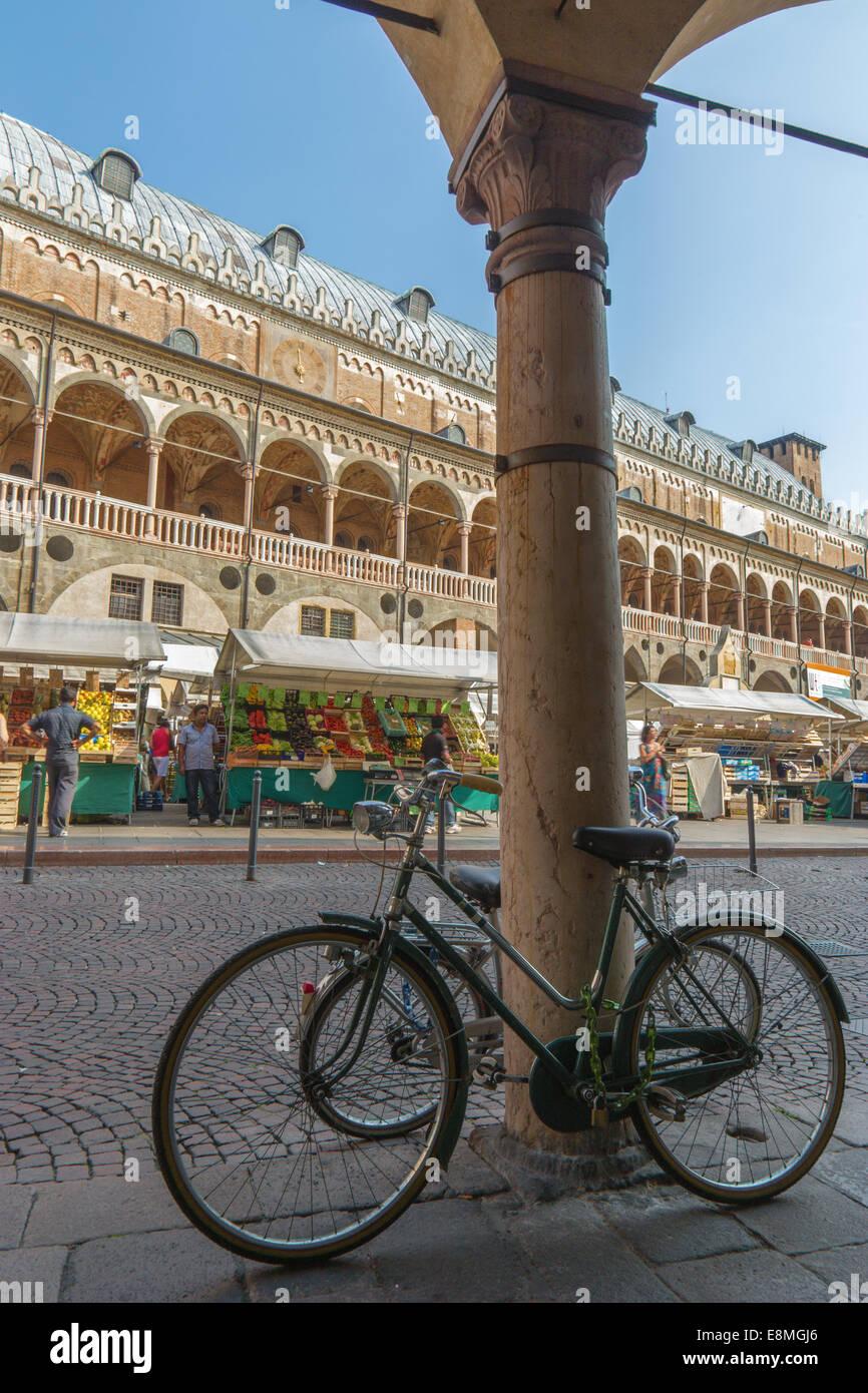 PADUA, Italien - 9. September 2014: Piazza Delle Erbe und Palazzo della Ragione. Stockbild