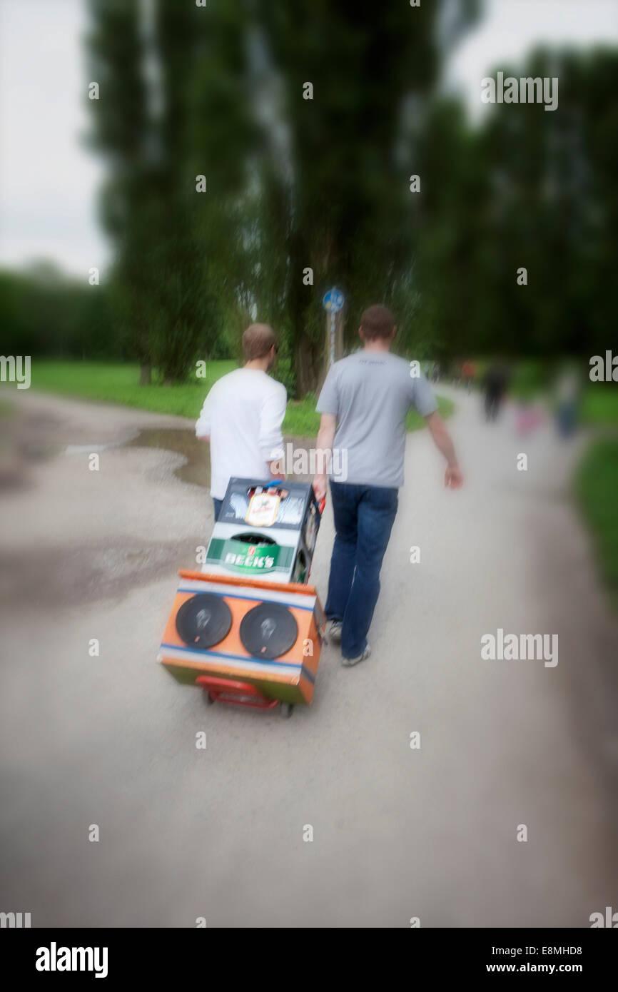Jugendlichen Vorbereitung einer Party im Park, Hannover-Linden, Niedersachsen, Deutschland, Europa, Stockbild
