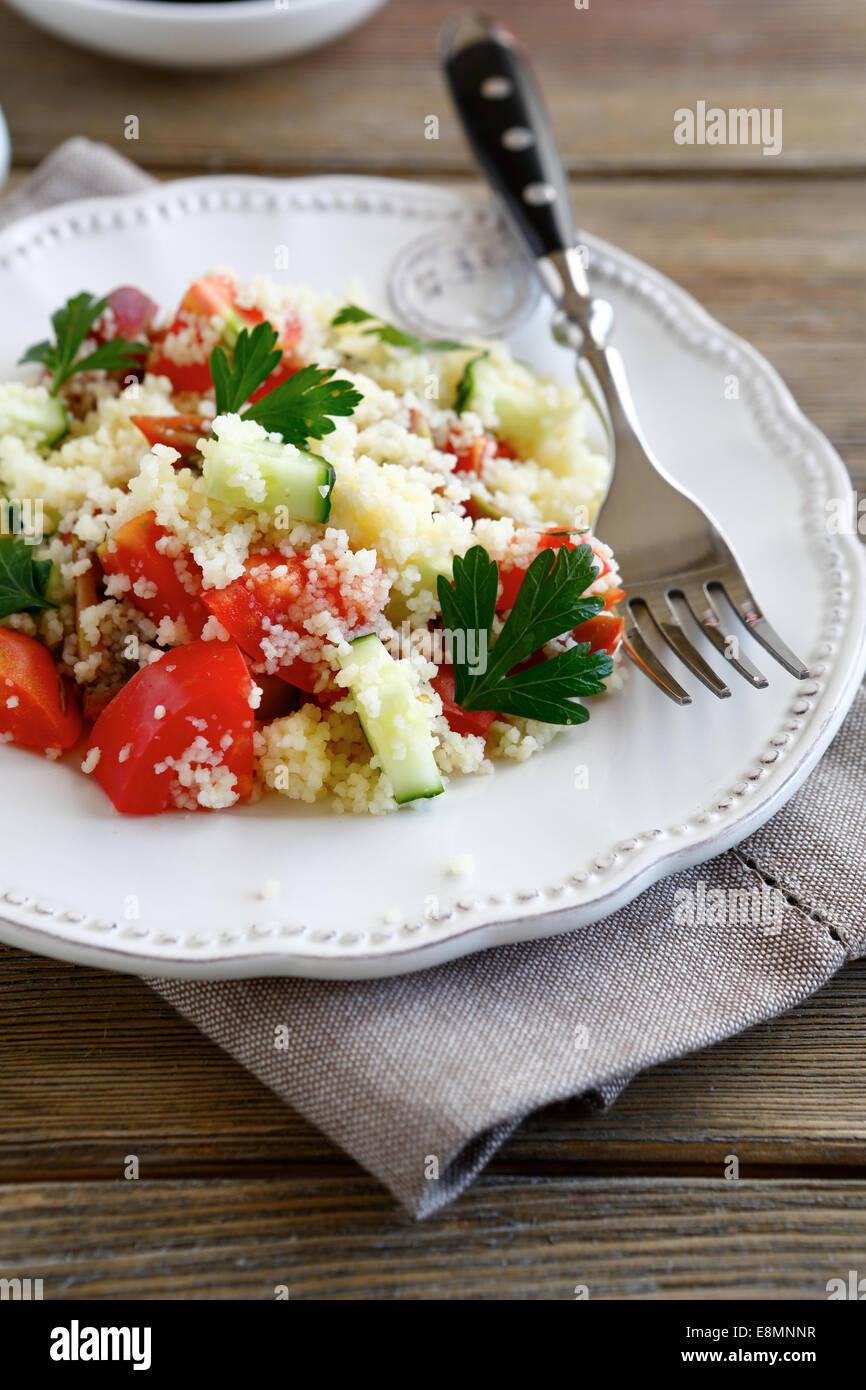 Salat mit Couscous und frisches Gemüse auf den Teller und nahrhafte Lebensmittel Stockbild