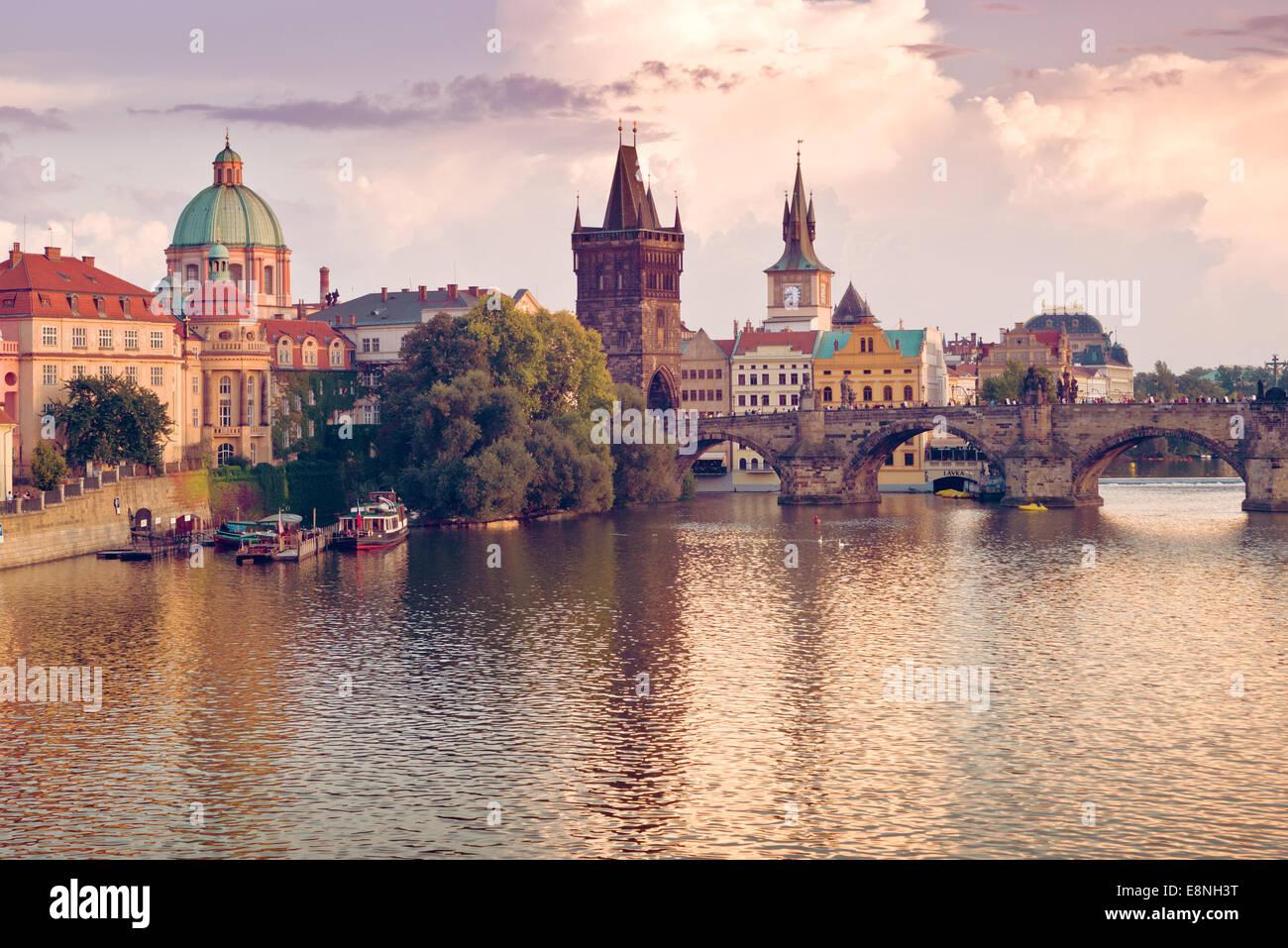 Karlsbrücke und Türme der Prager Altstadt am Ufer des Flusses Vltava Stockbild