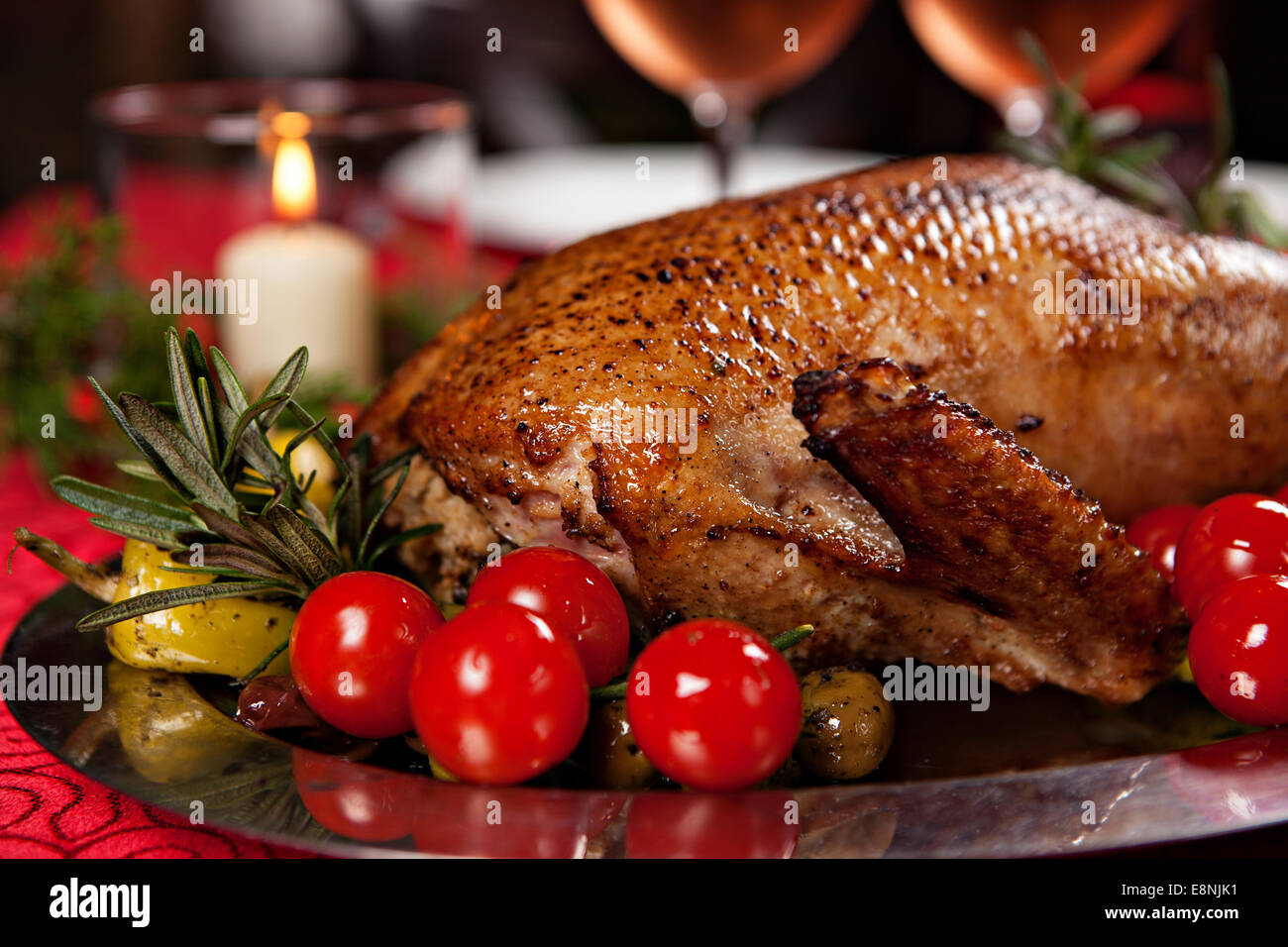 Weihnachten gebratene Ente serviert auf einem festlich gedeckten Tisch Stockbild