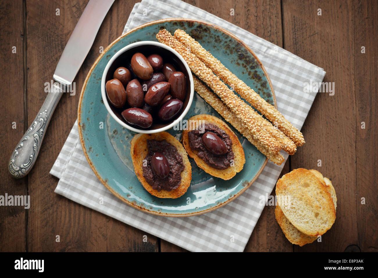 Brot mit Oliven Pastete auf Platte Closeup. Griechische Küche Stockbild